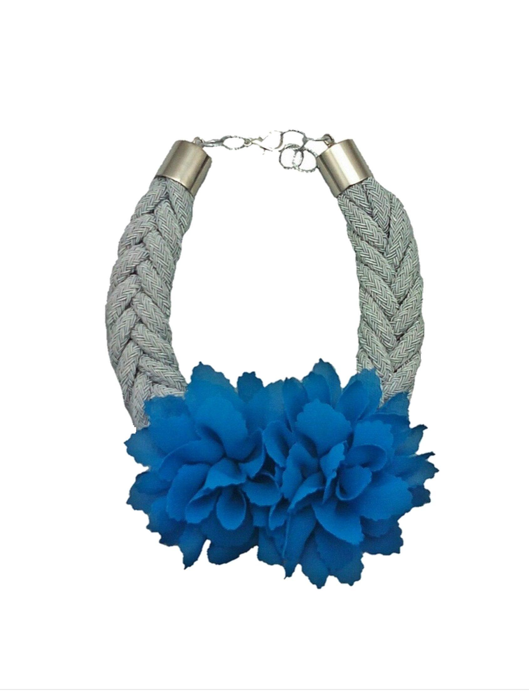 collar love flor azul y cuerda de rayón gris