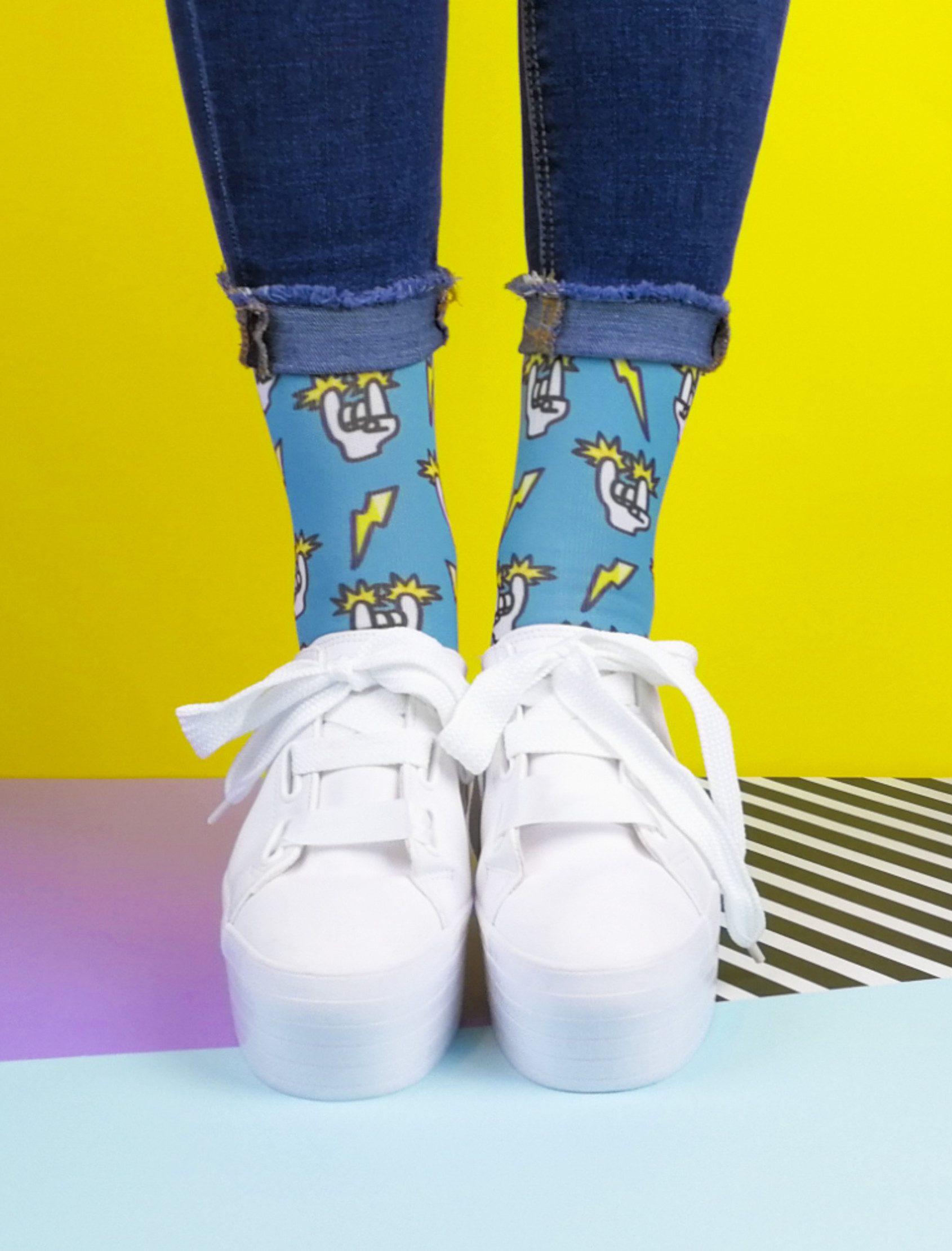 Calcetines estampados con un rollo muy rockero . Calcetines originales para hombre y mujer realizados en un tejido de alta calidad y tacto suave para que tus pies estén calentitos y confortables. Sube el volumen déjate llevar por la música ...yeah!!