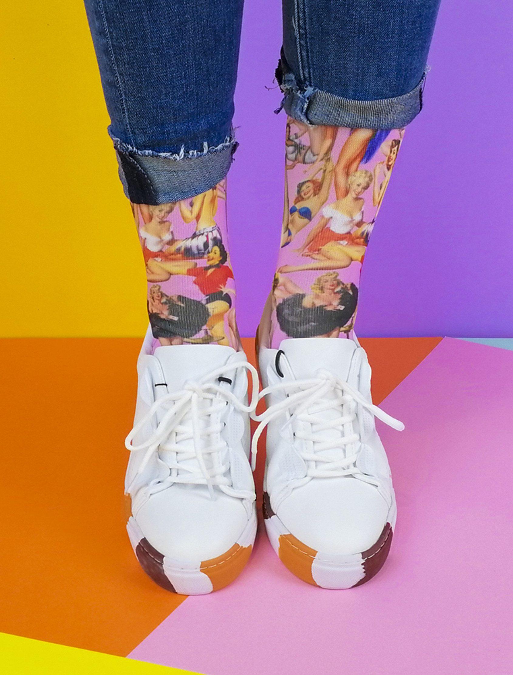 Calcetines estampados con una multitud de pin up rodeando tus pies y bien de rosa. Calcetines originales para hombre y mujer realizados en un tejido de alta calidad y tacto suave para que tus pies estén calentitos y confortables