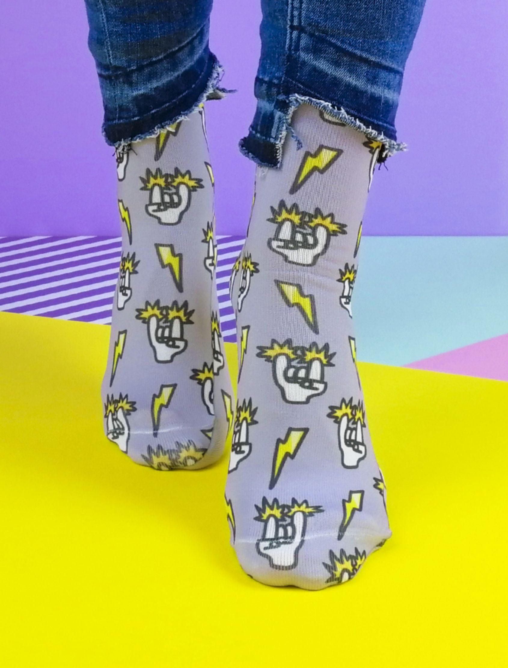calcetines chispas rock en color gris para hombre y mujer con estampado de manos y rayos