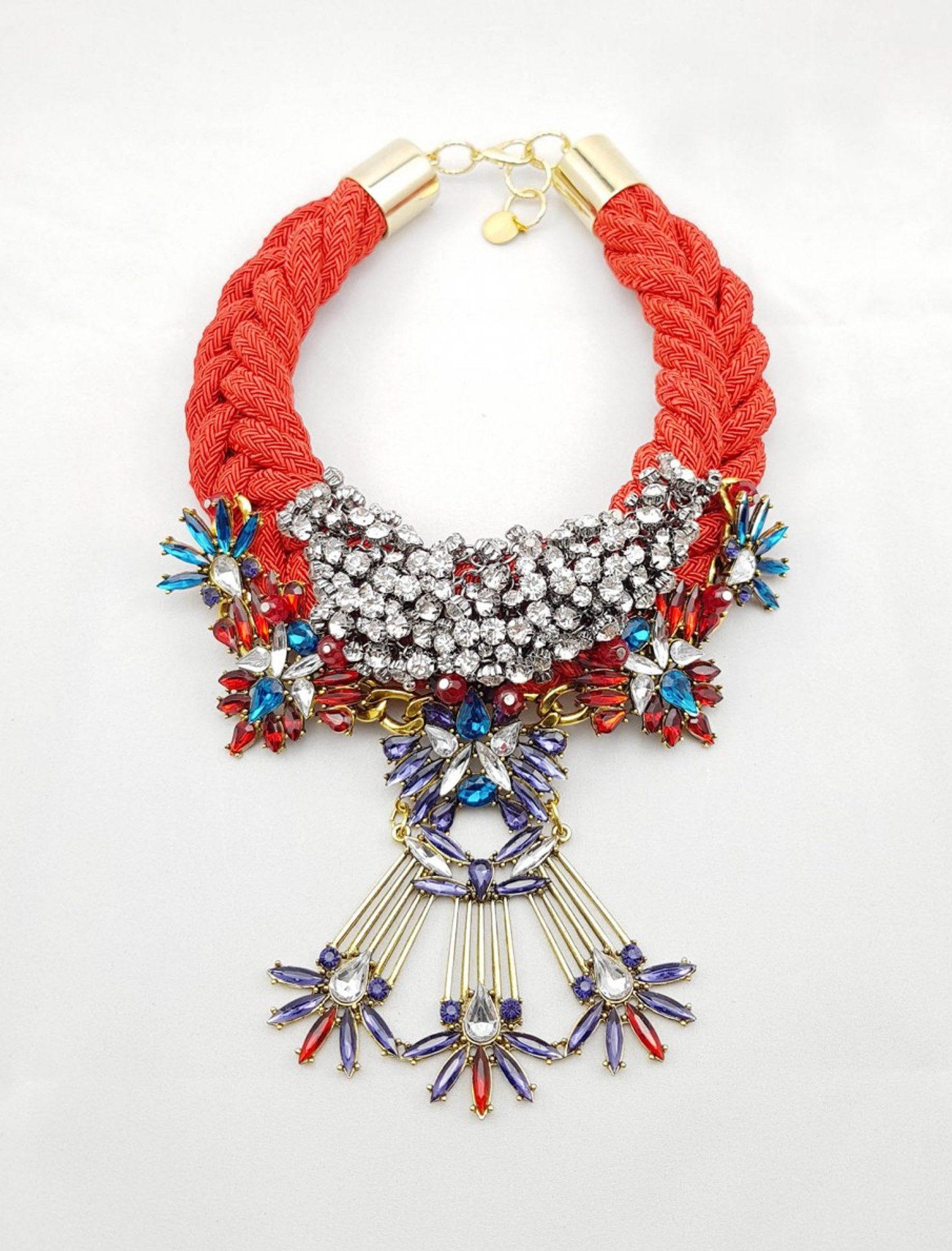 collar tique con cuerda de rallón roja y abalorios metálicos multicolor