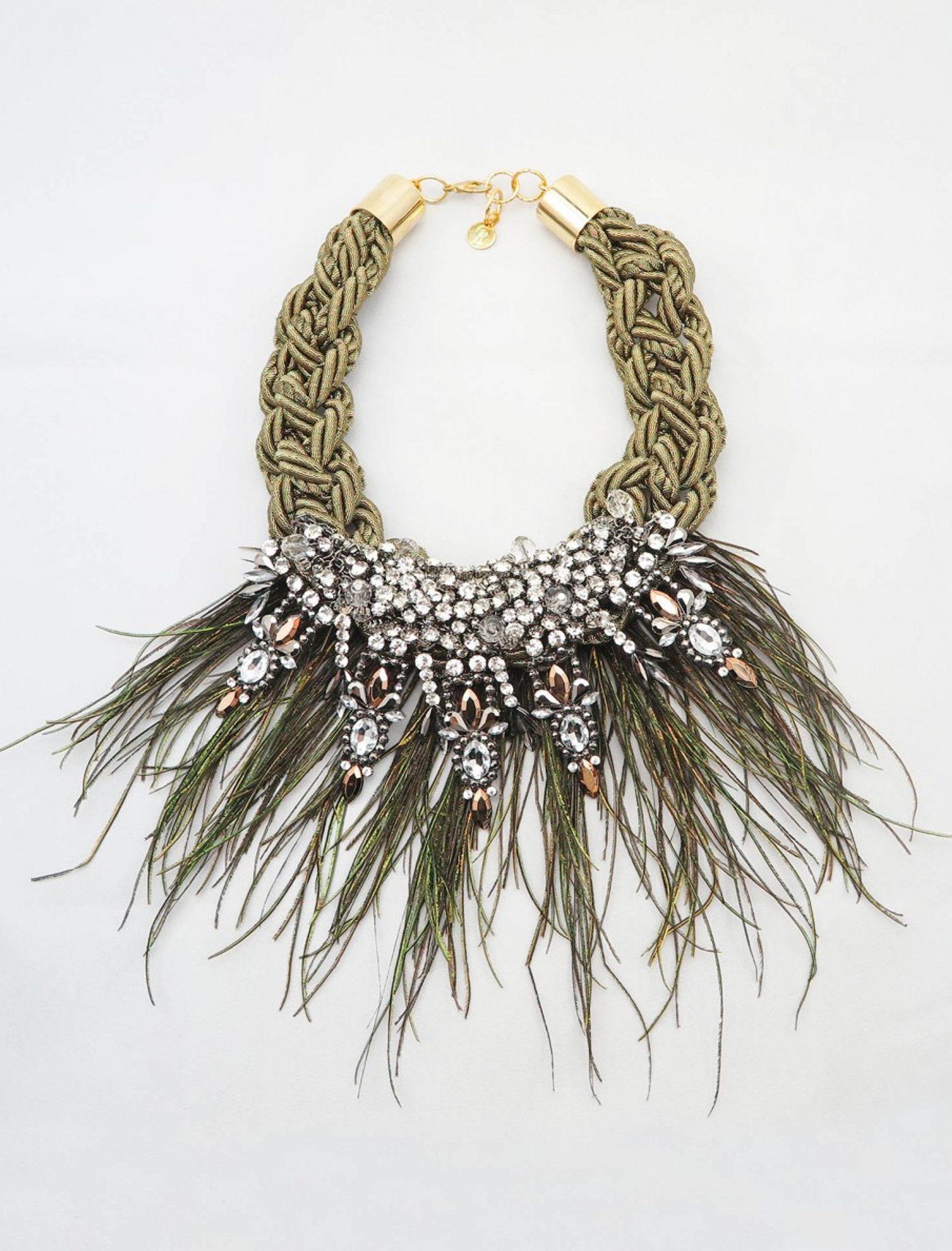 collar venus de dopra con cuerda de rayón en dorado apliques metálicos y plumas de pavo real