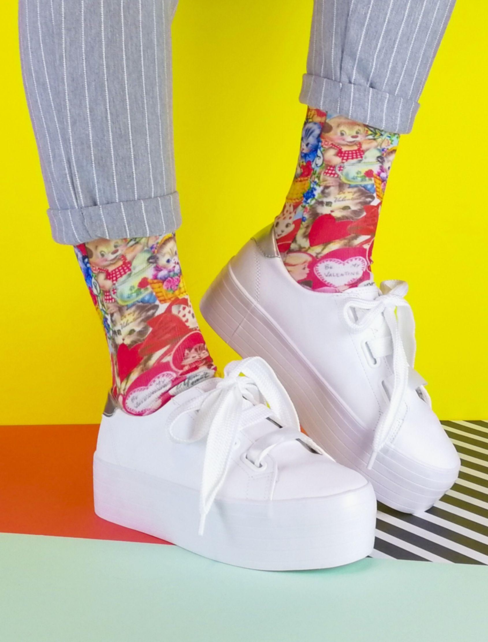 calcetines unisex retro love con fondo rojo y estampado de gatos y perros