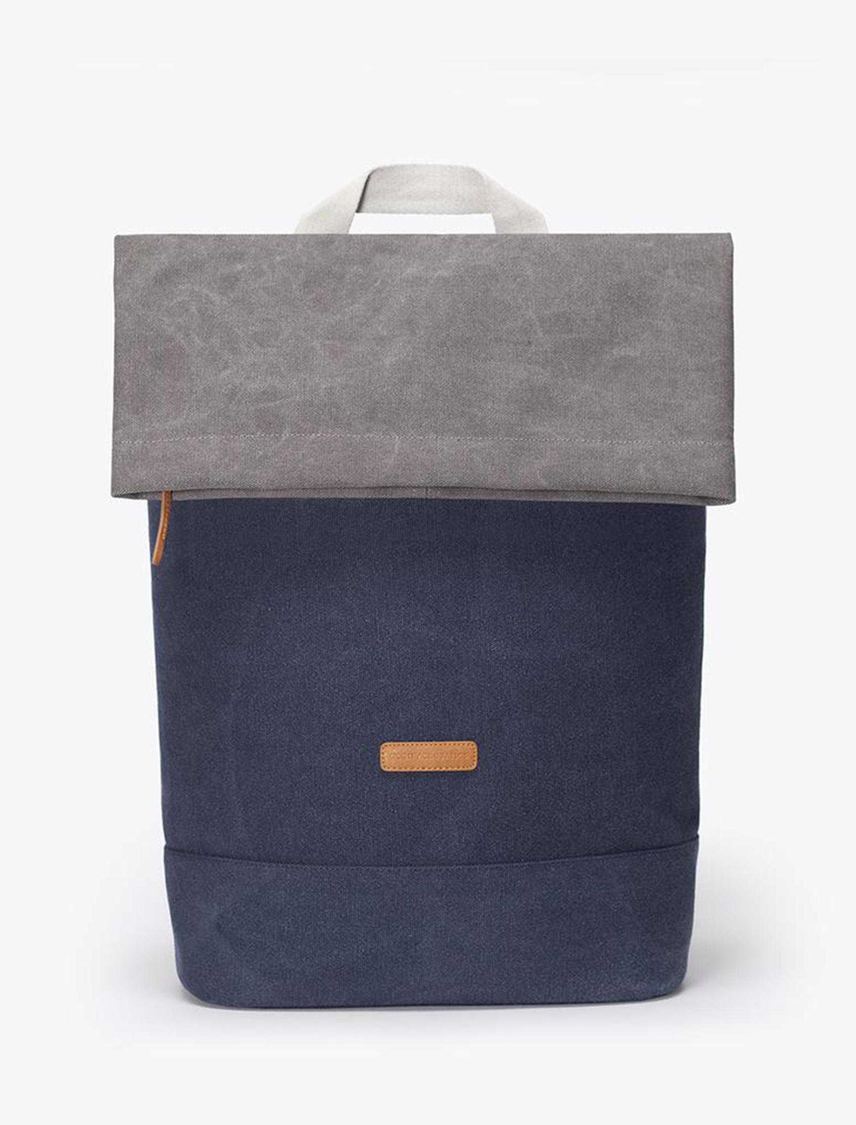mochila karlo original en zono azul con detalle gris y blanco. Múltiples compartimentos