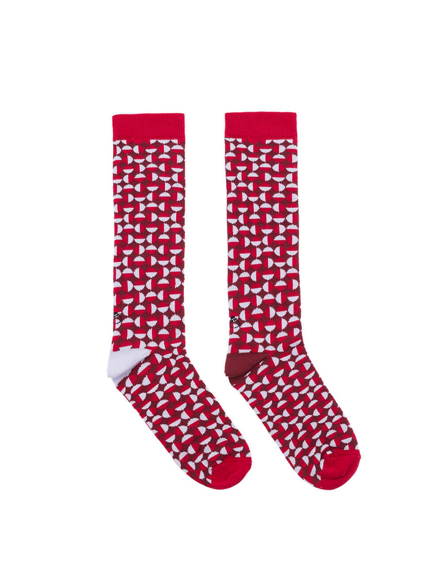 Calcetines divertidos asimétricos en rojo oscuro, rojo claro y gris. Compuestos de círculos donde combinan la gama de rojos sobre el gris. Talón derecho en gris y talón izquierdo en rojo.