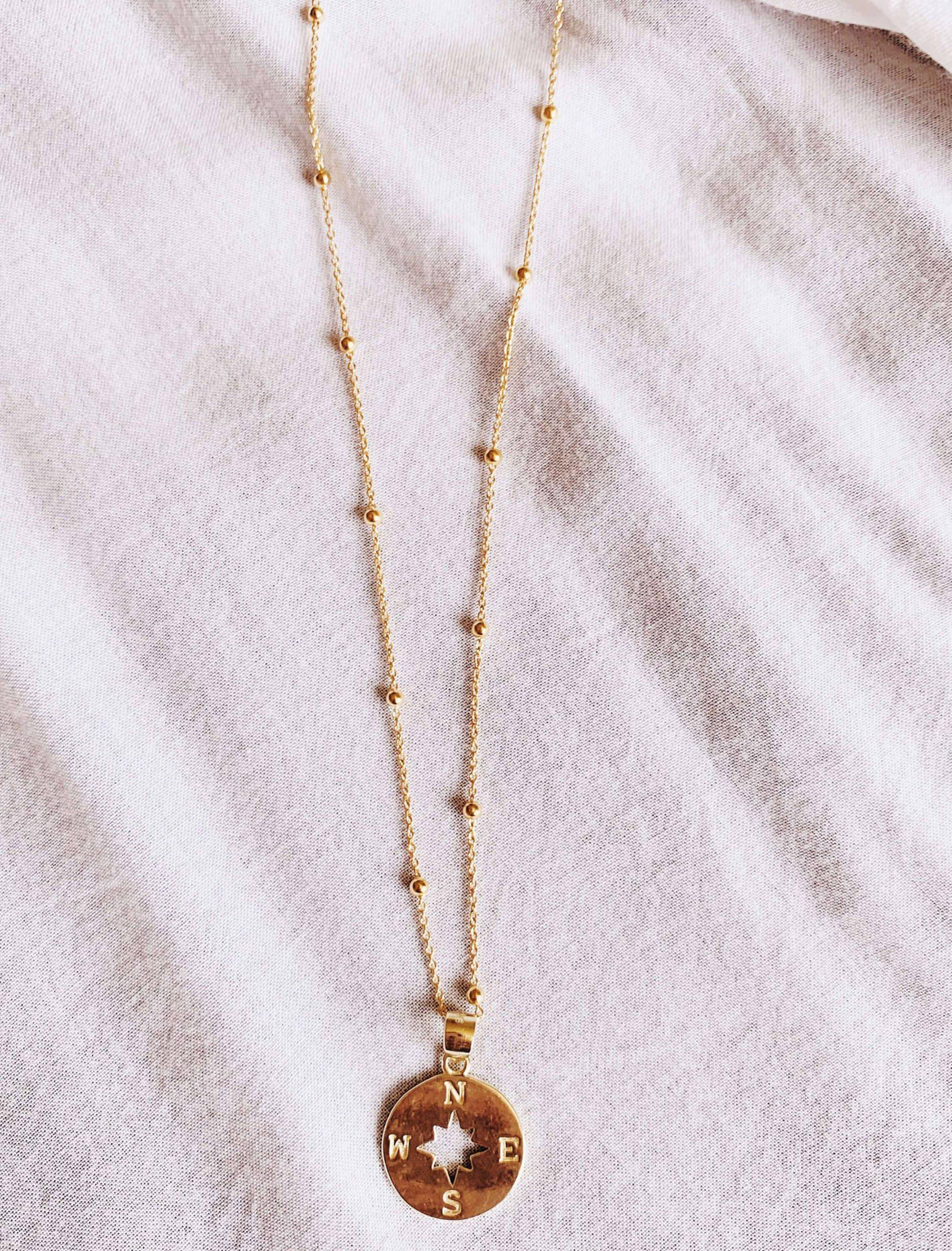 Collar Noa, Maria Cala se inspira en la rosa de los vientos. Cadena con detalle bolitas y medalla puntos cardenales.