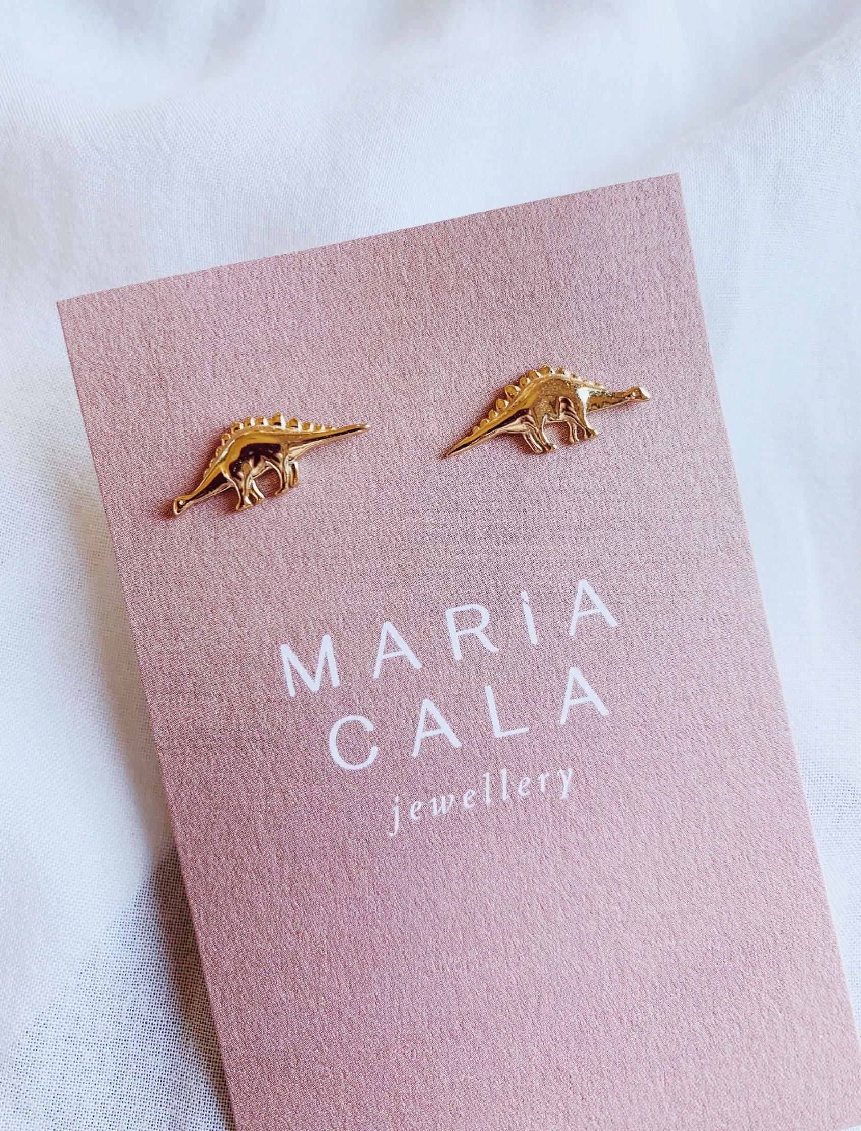 Pendiente Dino diseñados enplata chapado en oro. Maria Cala sorprende con unos originales pendientes de dinosaurios.