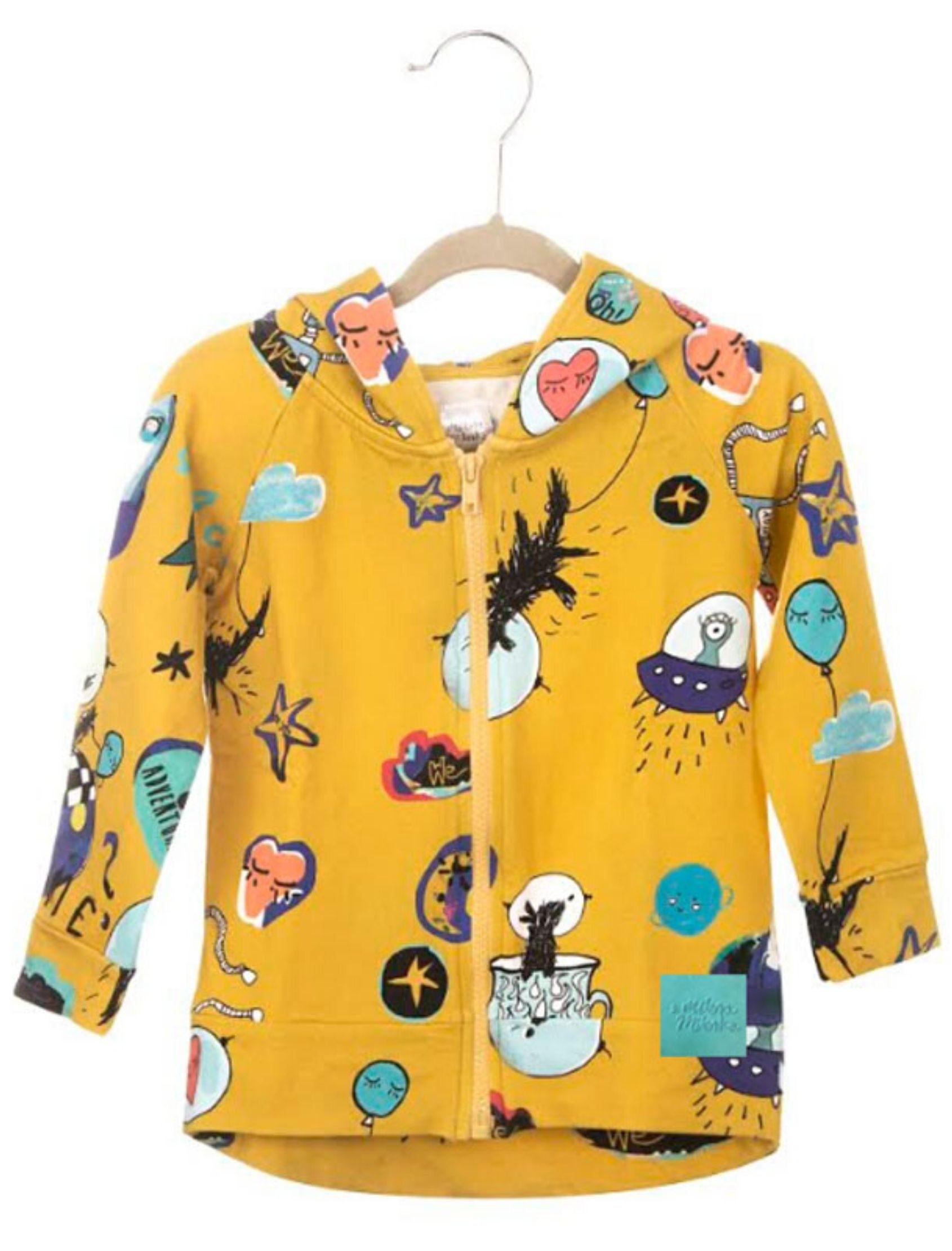 Sudadera amarilla con estampado multicolor. Unisex para niños exploradores con capucha y cremallera.