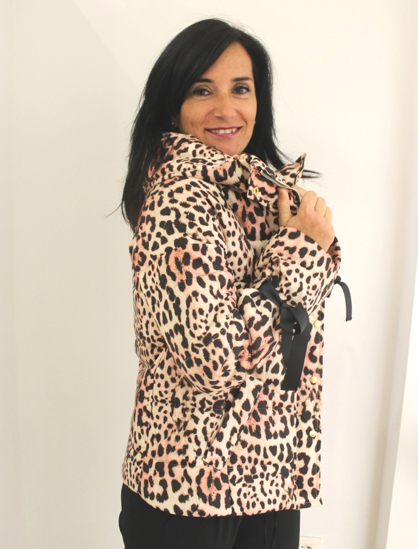 cazadora de mujer de la marca arggido con acolchado y estampado animal print
