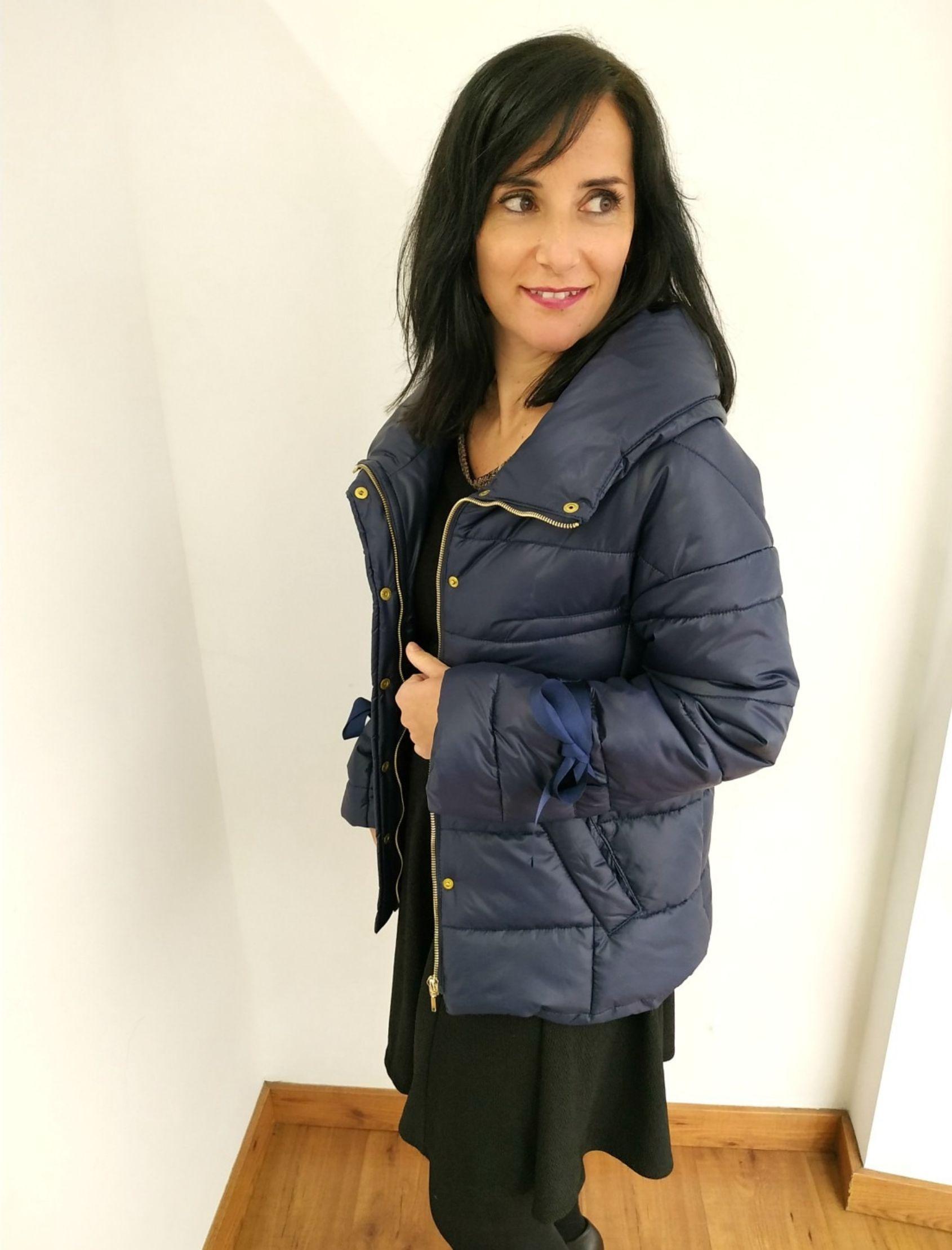 cazadora de mujer de la marca arggido con acolchado en color azul marino