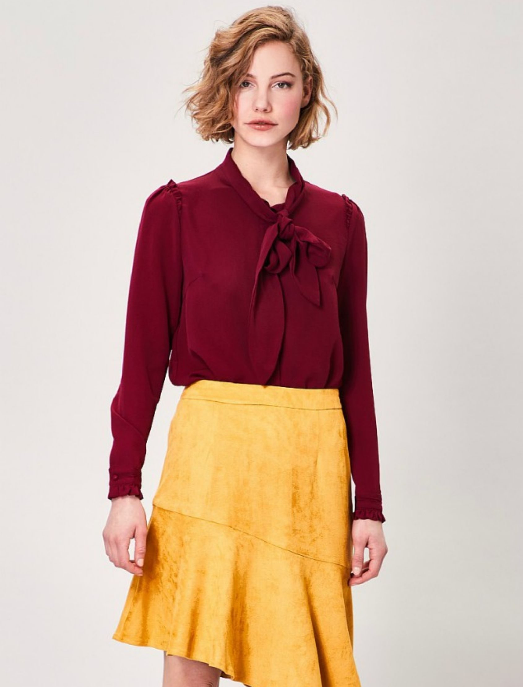 Blusa laila con lazada en el cuello de color burdeos de Angeleye