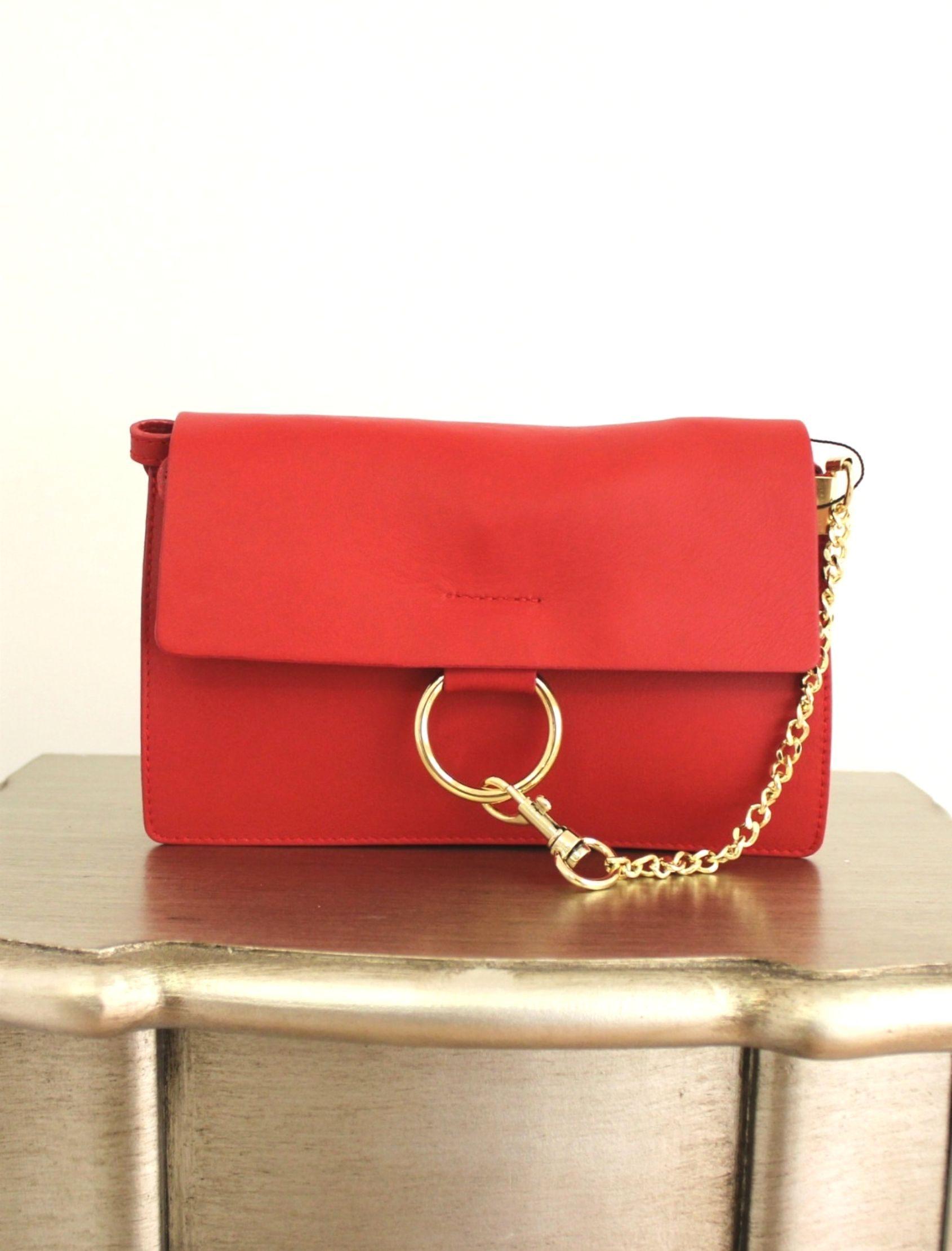 bolso de mujer de estilo bandolera con detalle de cierre en aro