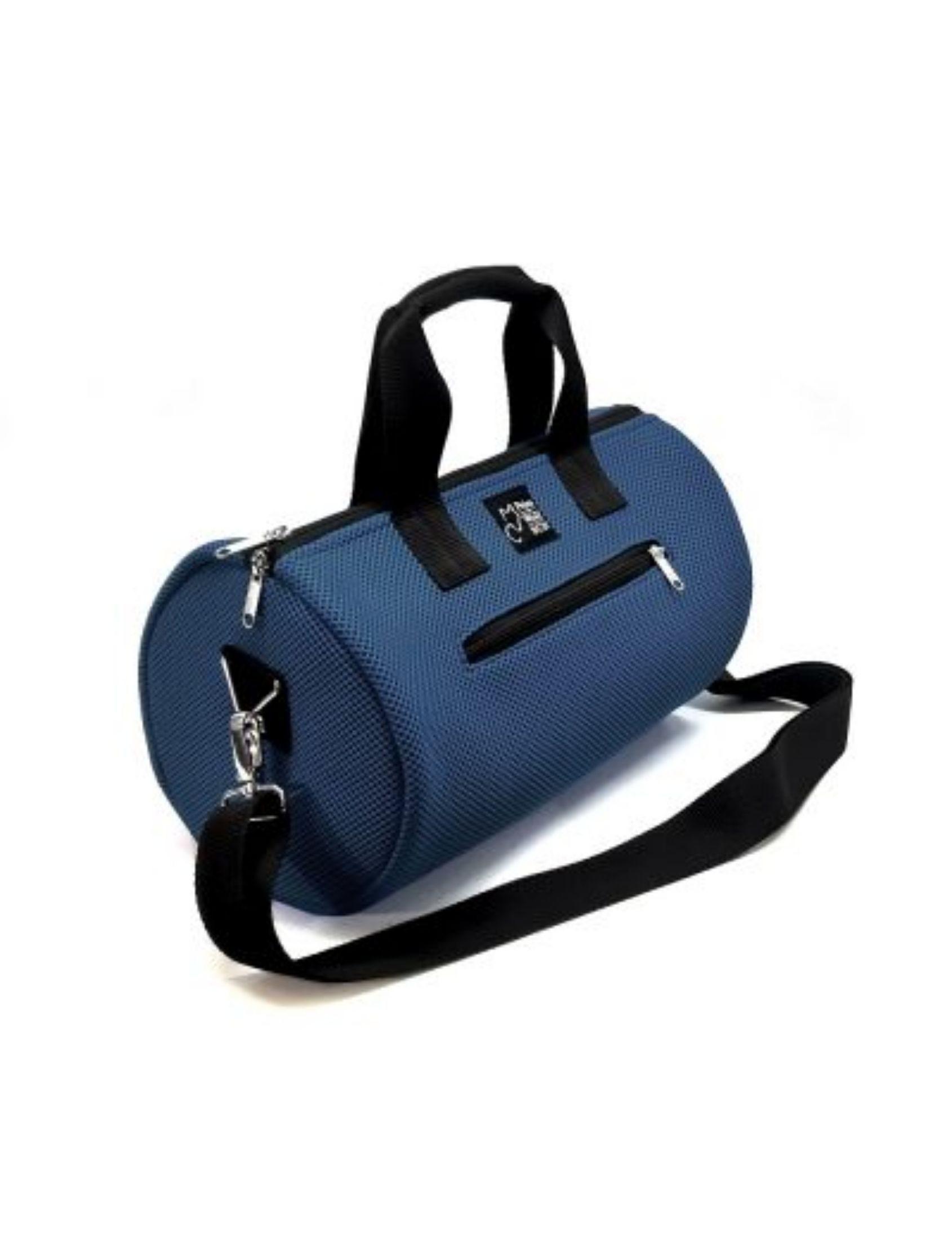 bolso de deporte con asa corta y bandolera en color azul marino de peter&Wolf Barccelona