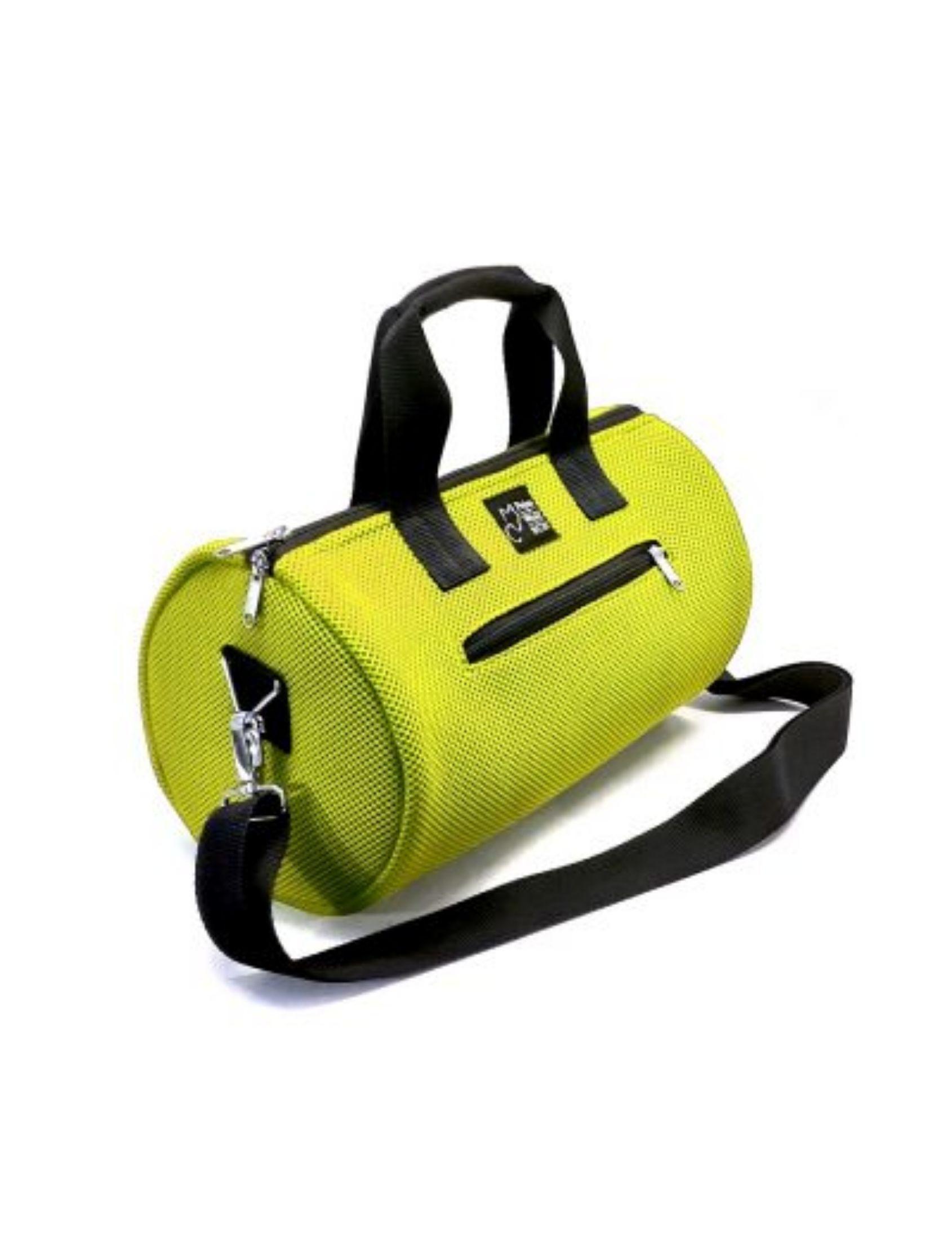 bolso de deporte con asa corta y bandolera en color verde lima y tejido técnico de peter&Wolf Barccelona
