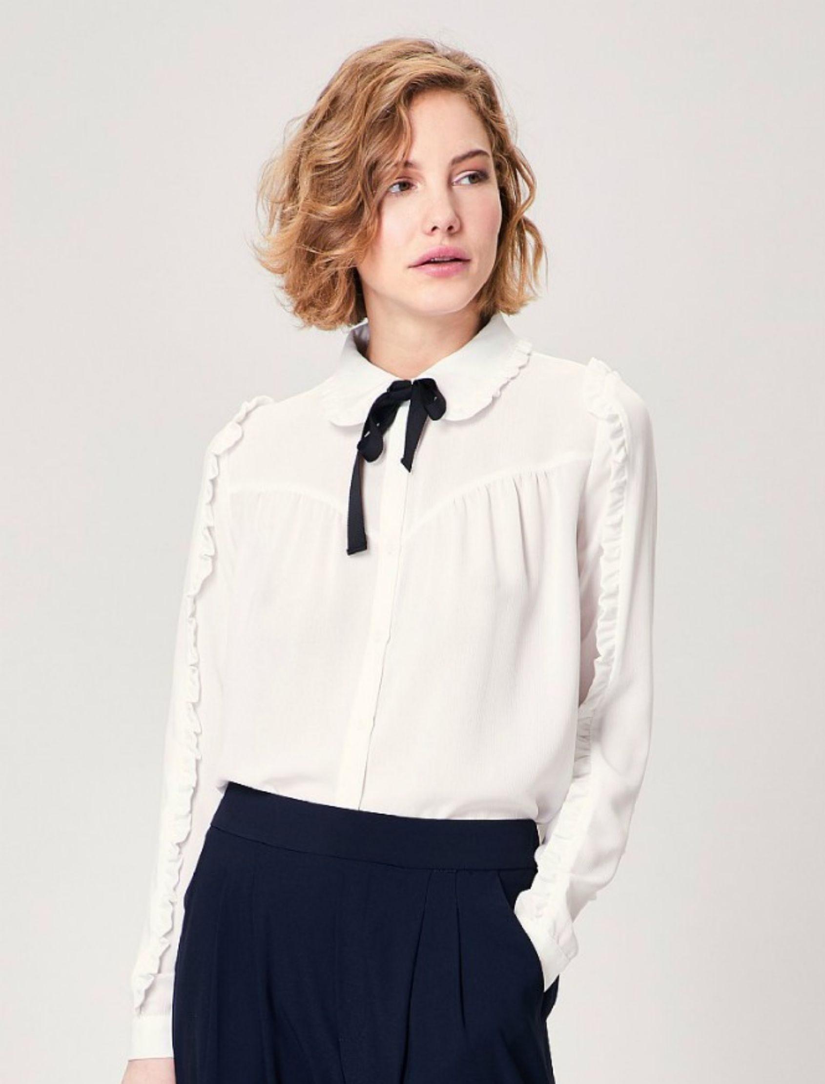 Camisa gilly de la marca angeleye en blanco con lazada negra en el cuello. Para mujer