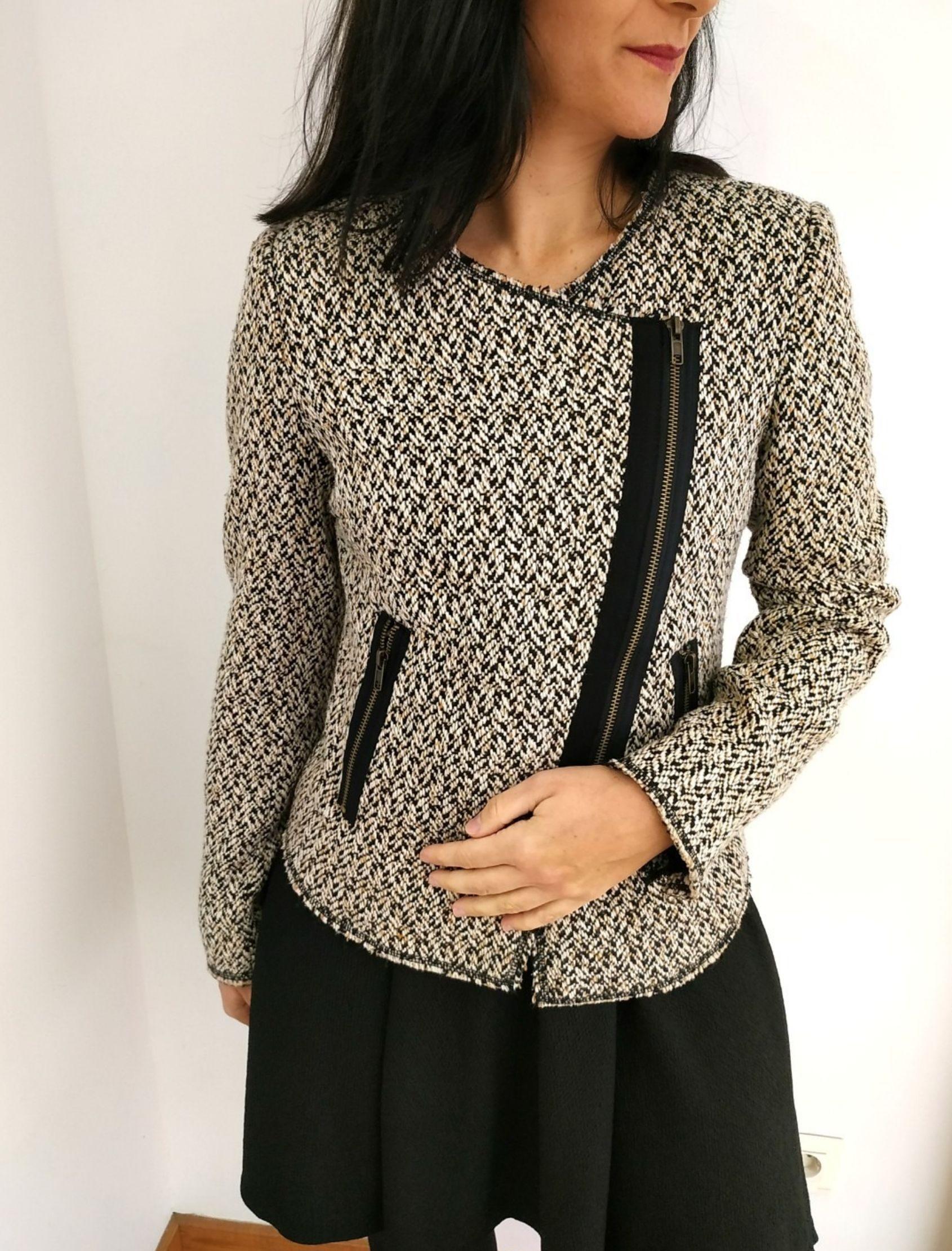 chaqueta de mujer de estilo biker con tweed y detalles en negro de la marca almost famous