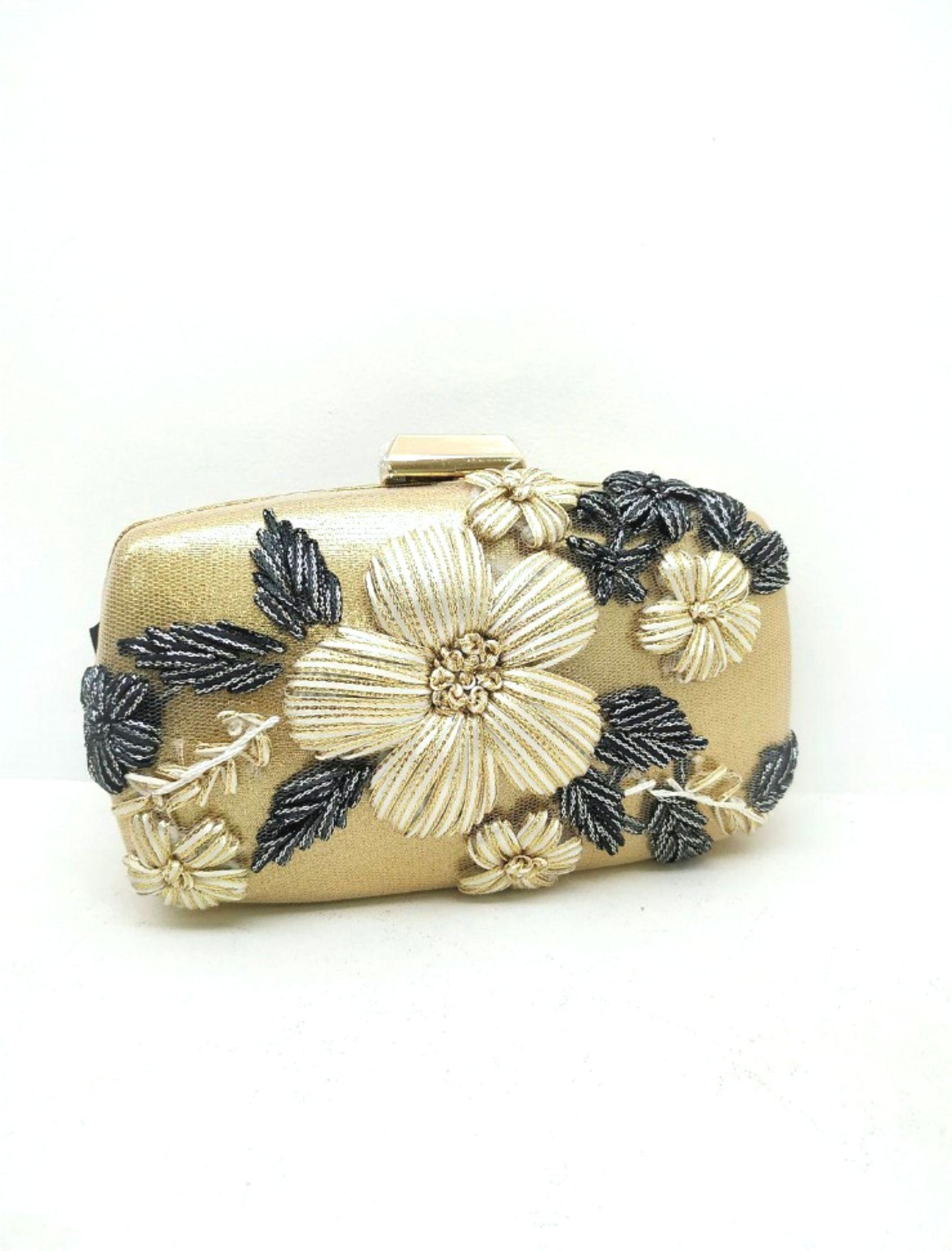clutch en tono dorado con detalle de flores bordadas