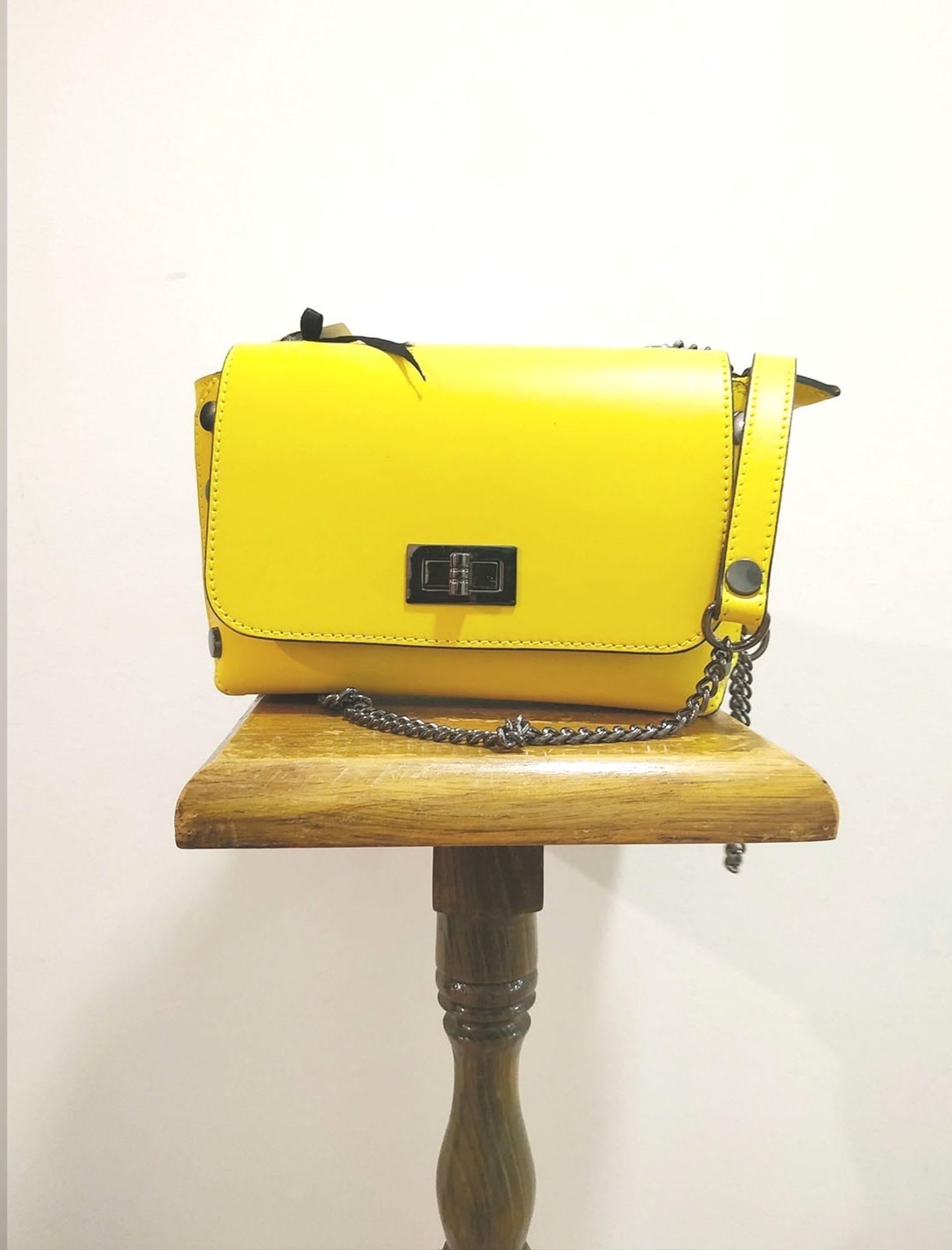 bolso de mujer de estilo bandolera con efecto puzzle en color amarillo mate