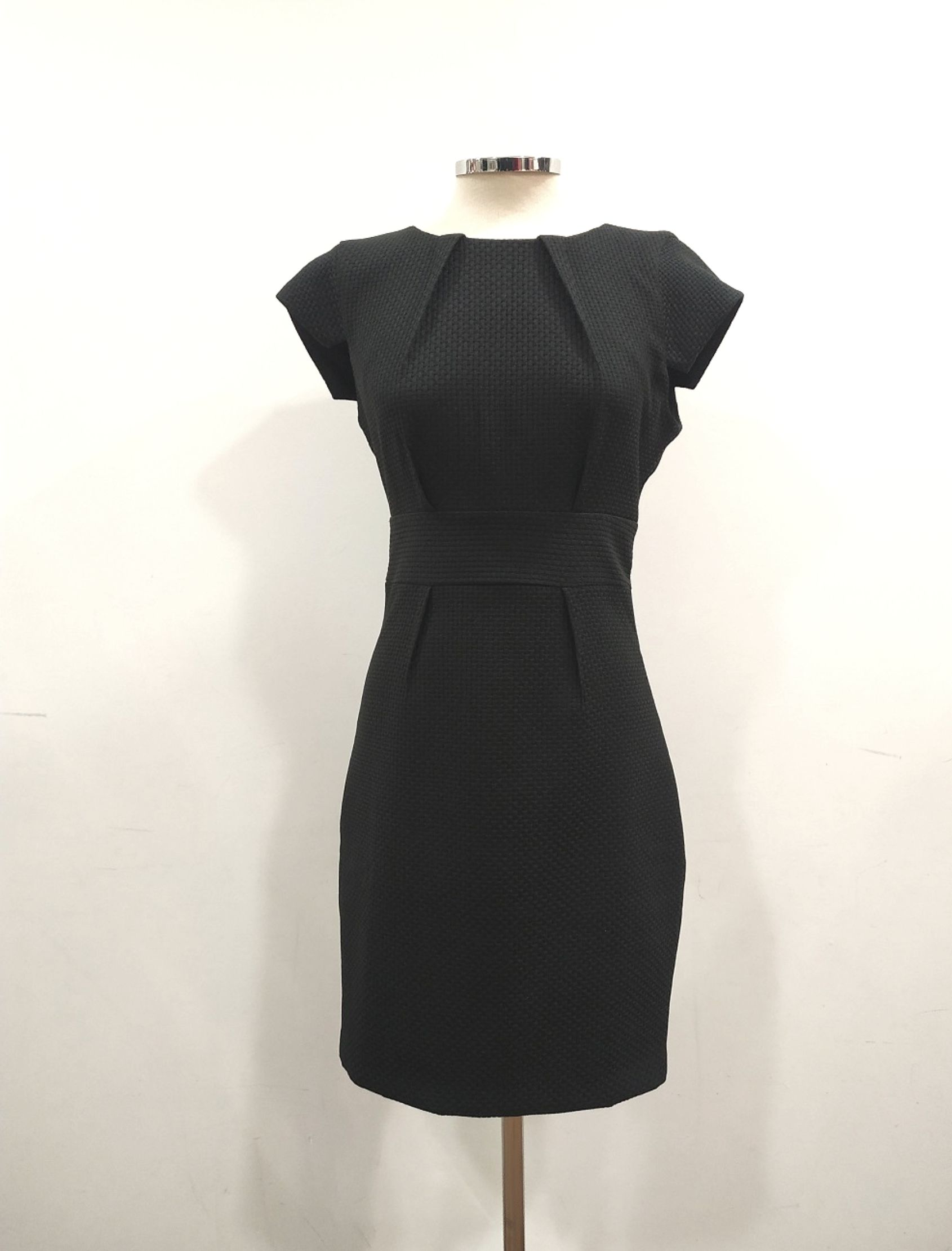 vestido negro de corte lapiz con cierre en cremallera por la espalda