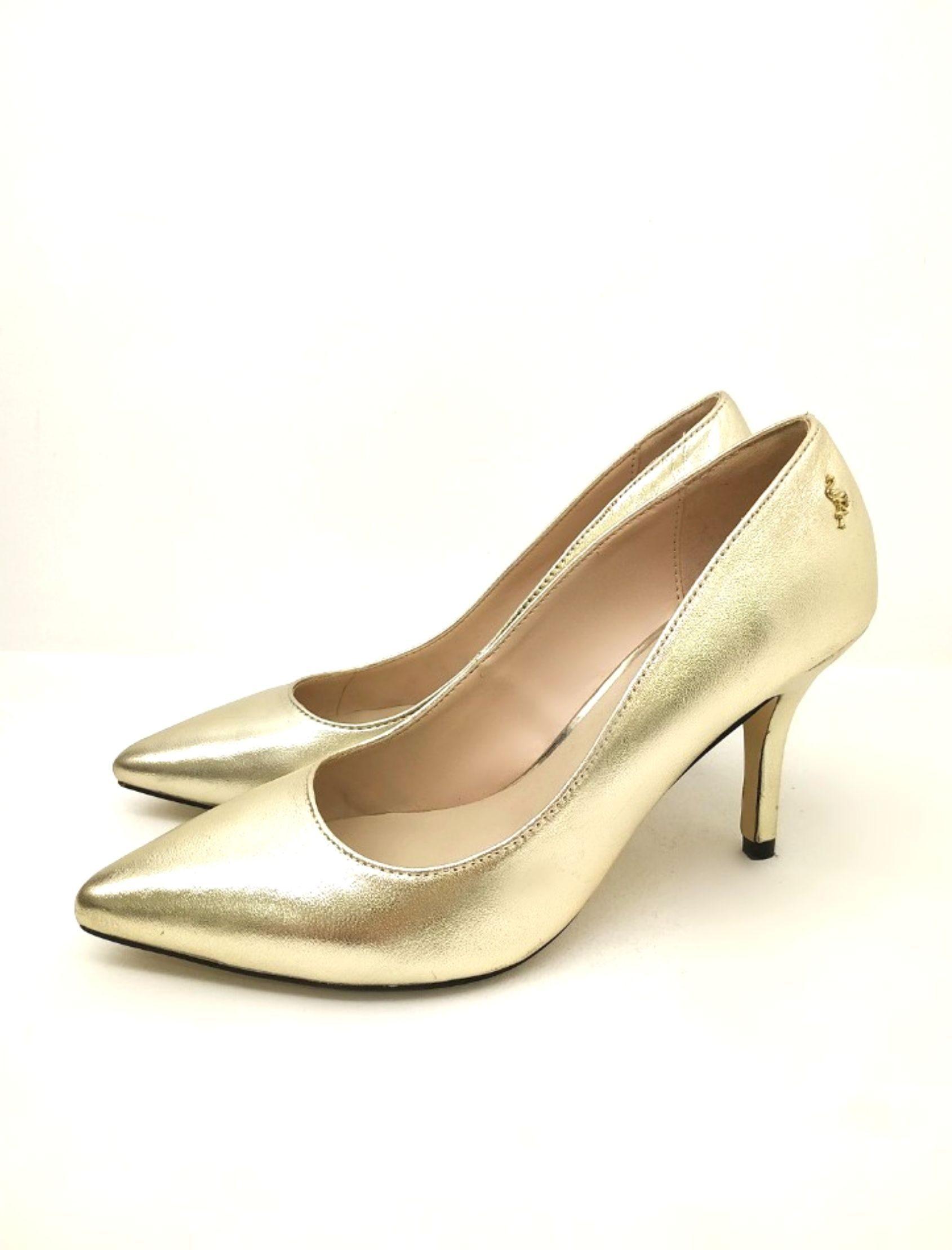zapato de mujer de corte salón en color dorado de menbur