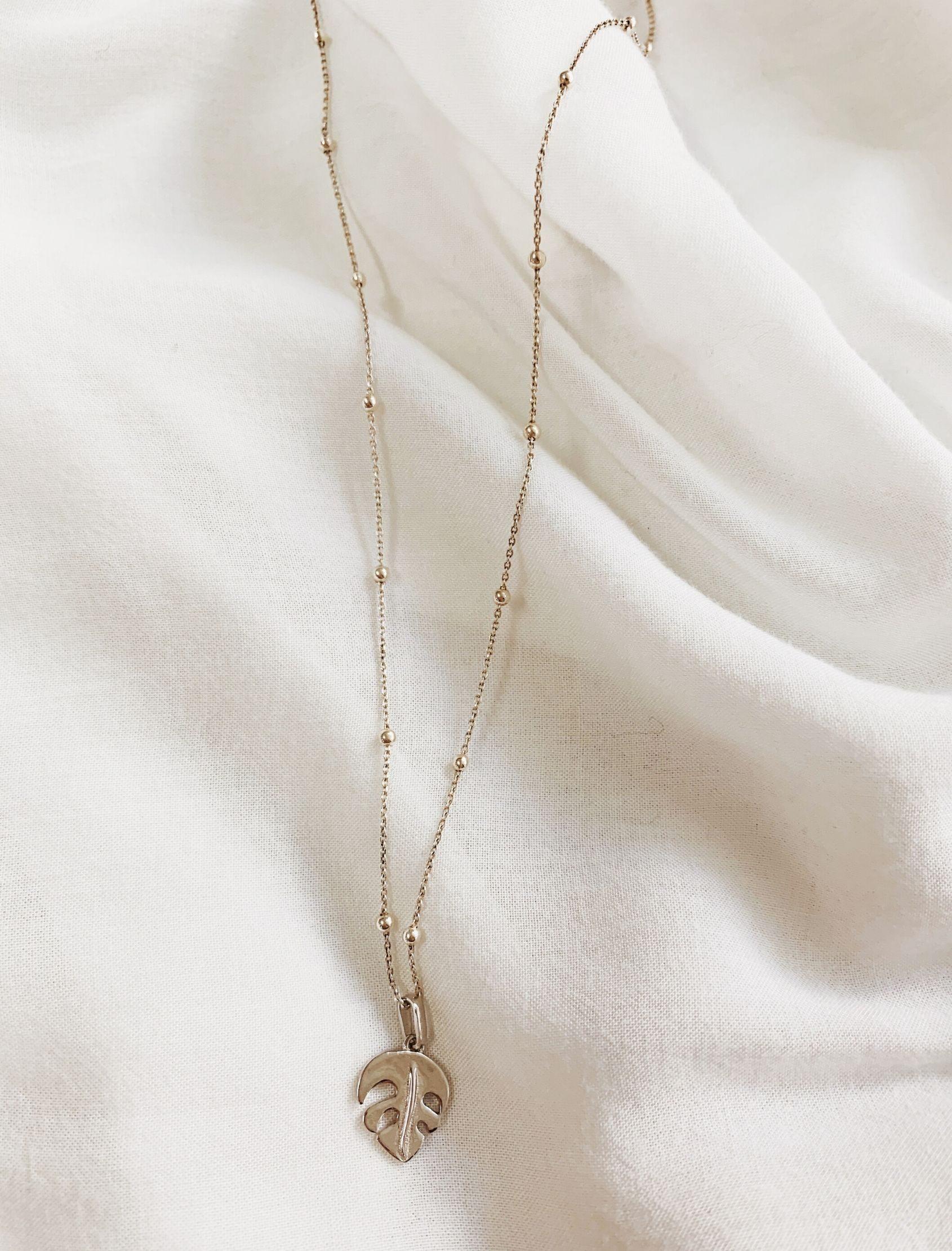 colgante con forma de hoja en plata y gargantilla con mini bolitas de plata de maria cala stoe