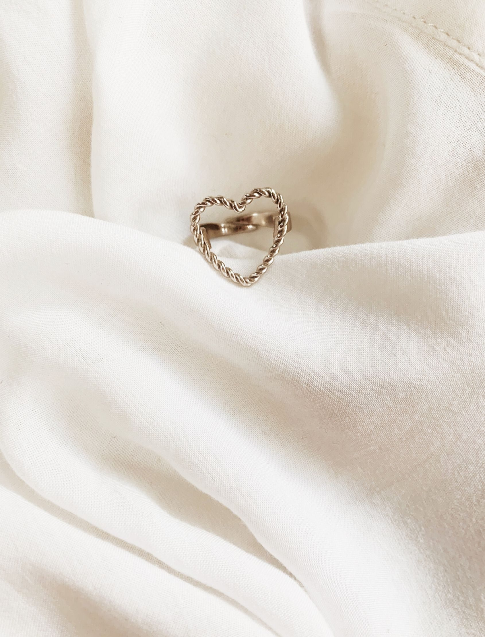 anillo lof con forma de corazon en plata de ley de maria cala store