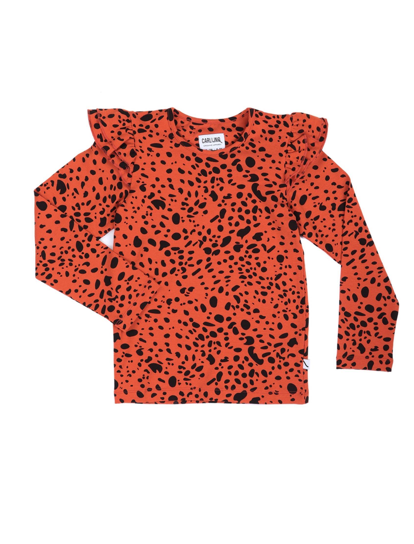 camiseta de niña con estampado animal print en tonos rojo y negro, detalle de volantito en los hombros. De carlijnq
