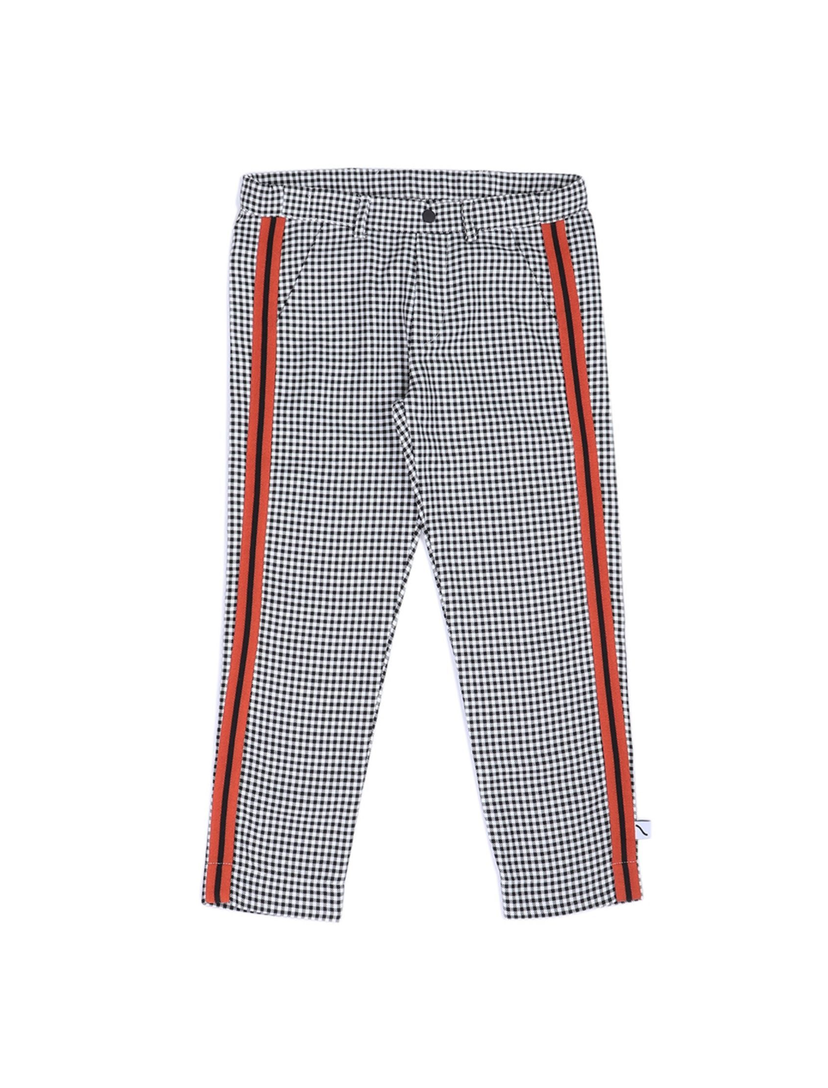 pantalón chino de cuadritos en blanco y negro con franja lateral en naranja de carlijqn