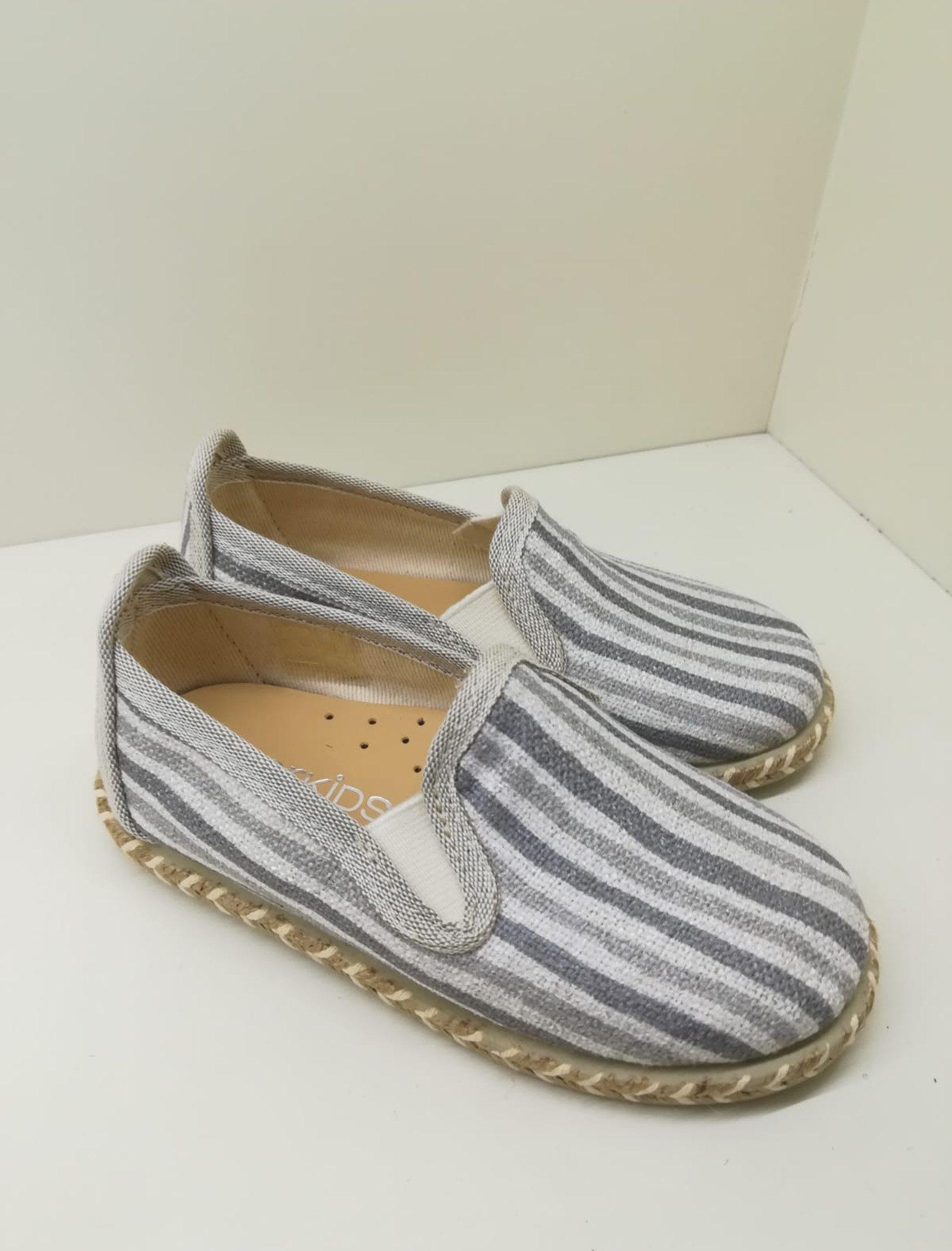 Alpargata en lino con rayas en diferentes tonos grises. Plantilla de piel.