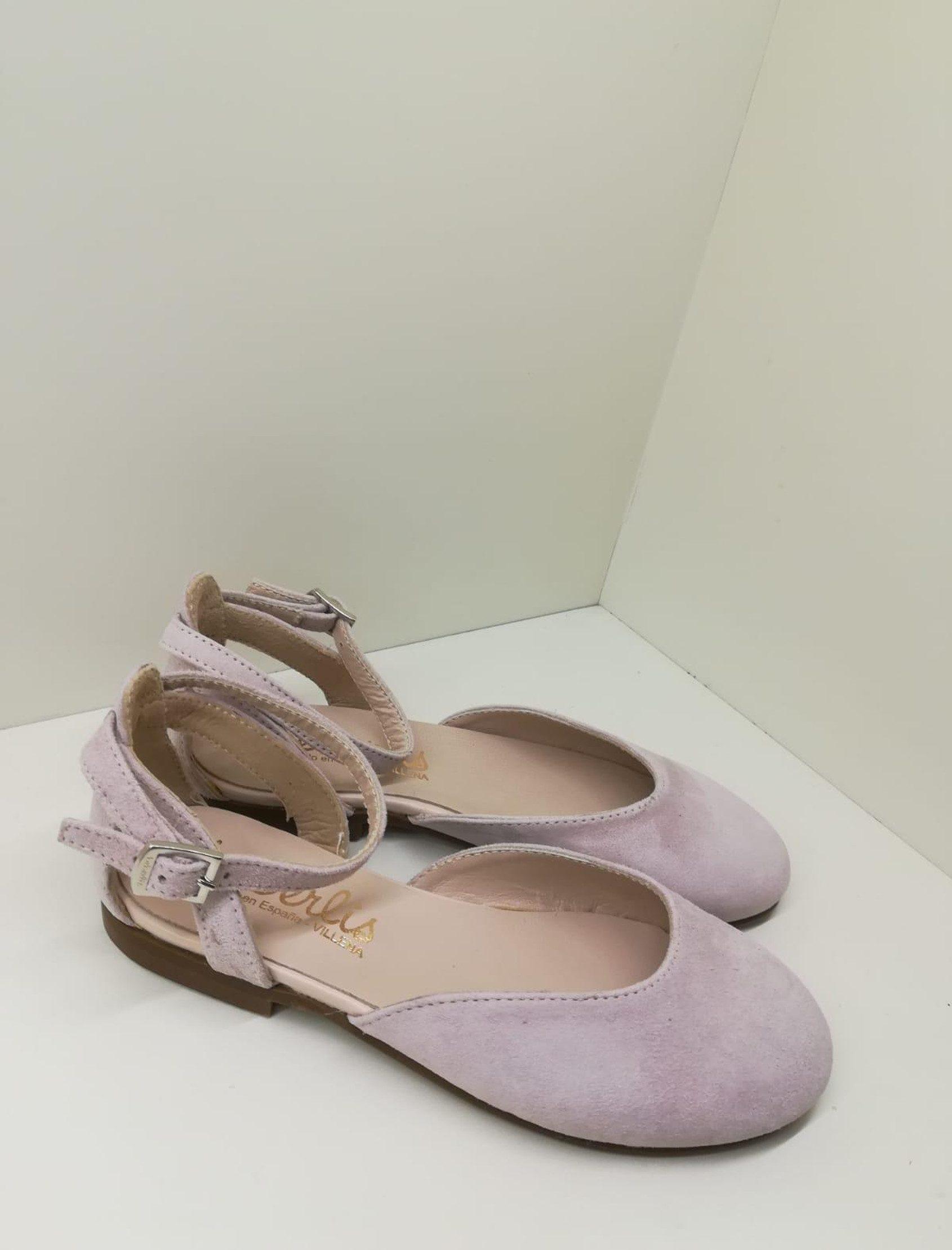 Merceditas en ante rosa olimpo semiabierta con correa y hebilla para cierre en el tobillo.