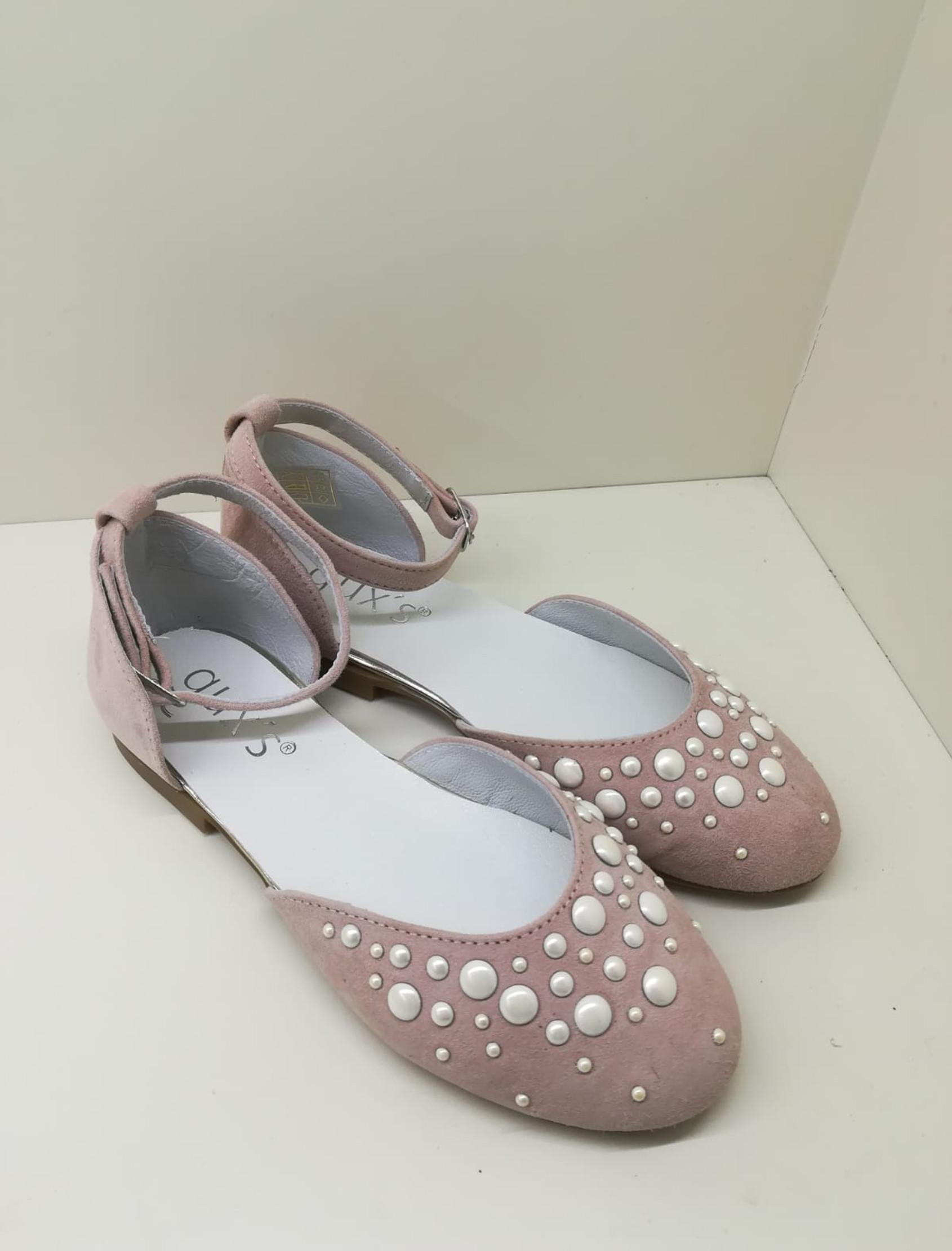 Bailarina semiabierta en ante rosa. Con perlas en la parte delantera a modo de adorno.
