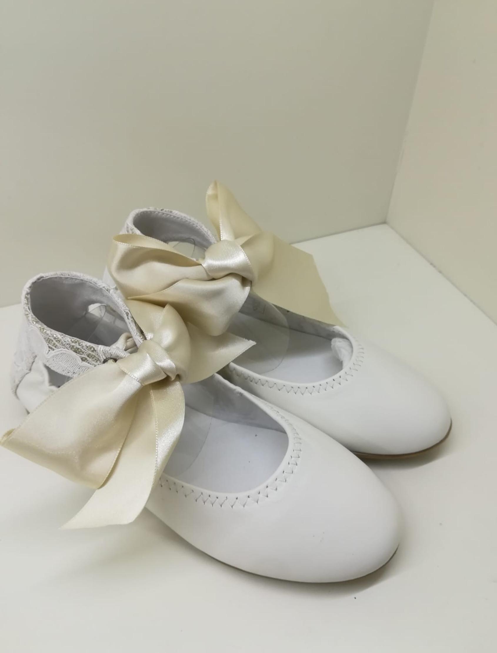 Bailarina en purl beige con trasera en encaje. Ata al tobillo con un lazo ancho de raso.