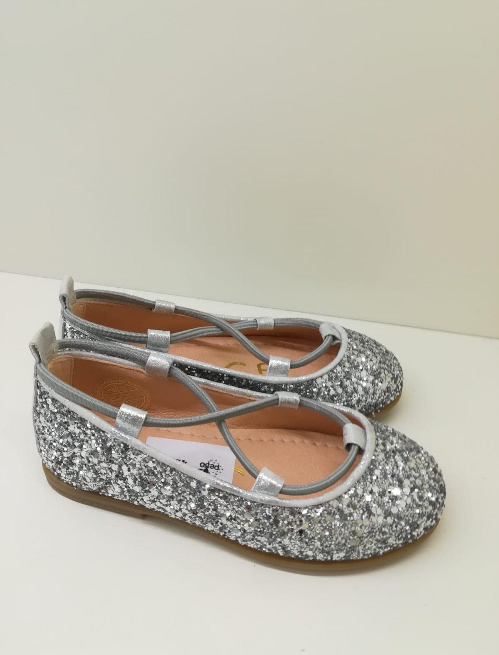 Bailarina en piel glitter plata, con gomas muy suaves para un mejor agarre. Súper blanditas y cómodas.