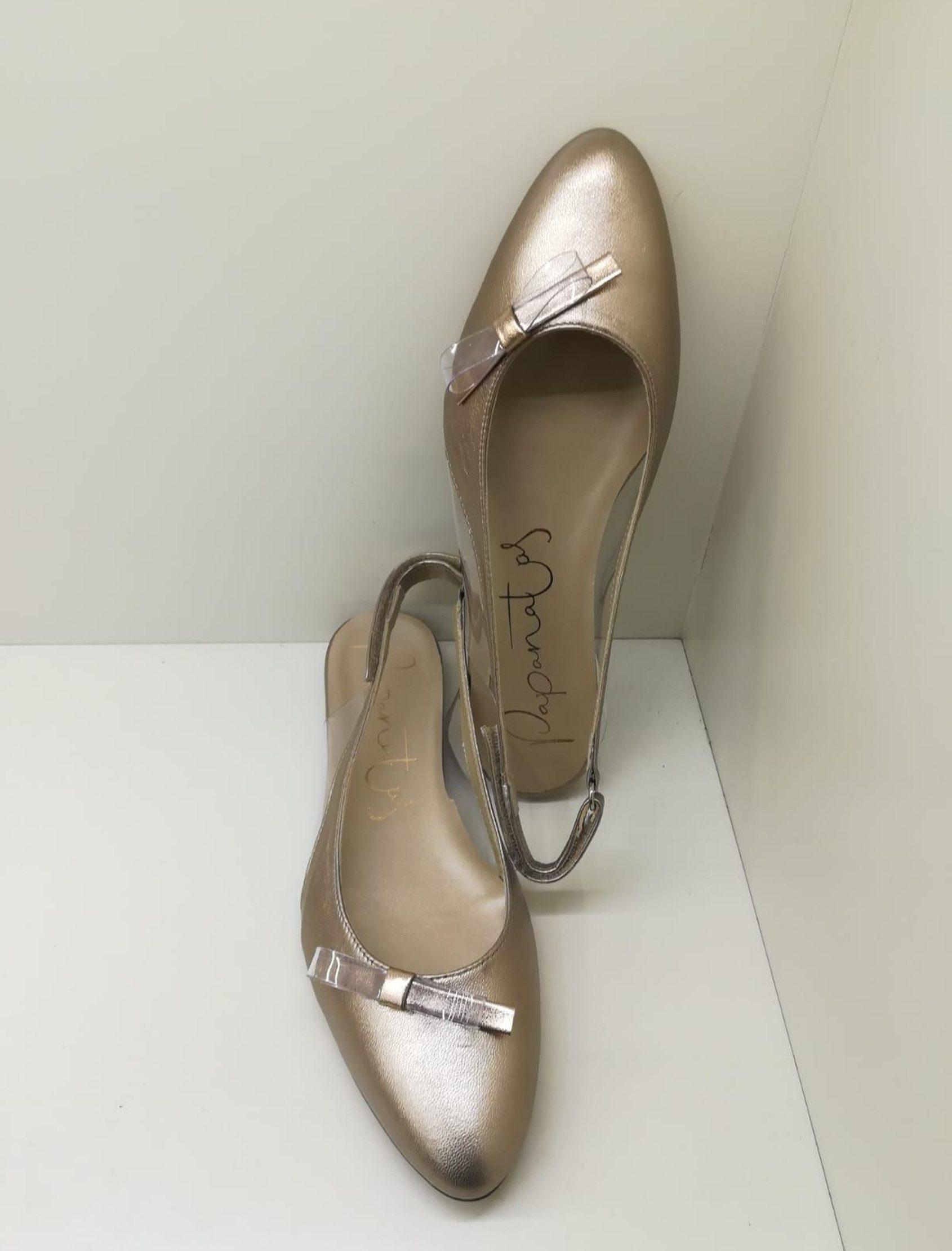 Bailarina metalcris salobreña destalonada en color dorado con lazito delantero lateral. Ajustable con hebilla.