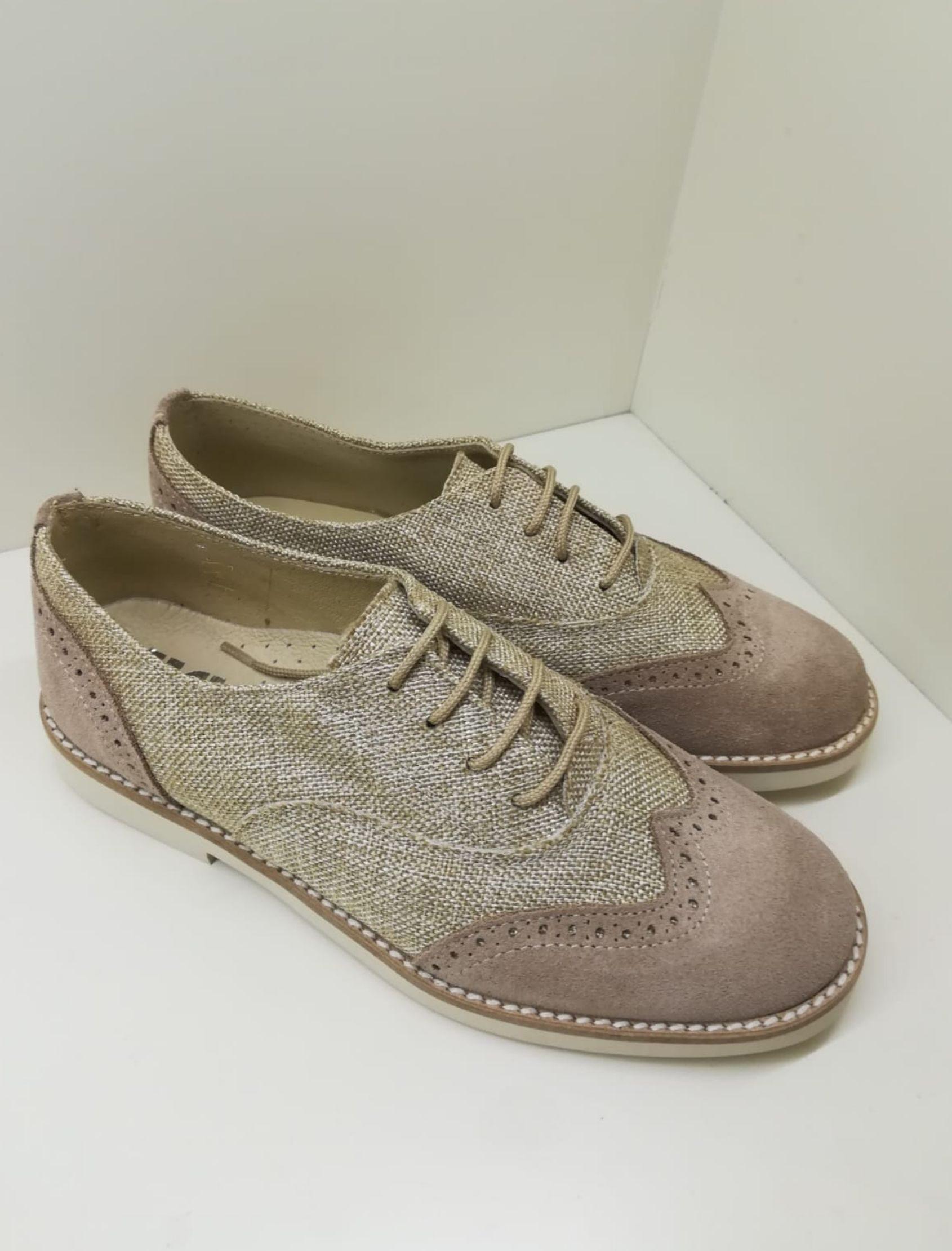 Zapato blucher con cordones en serraje colores tierra y tórtola