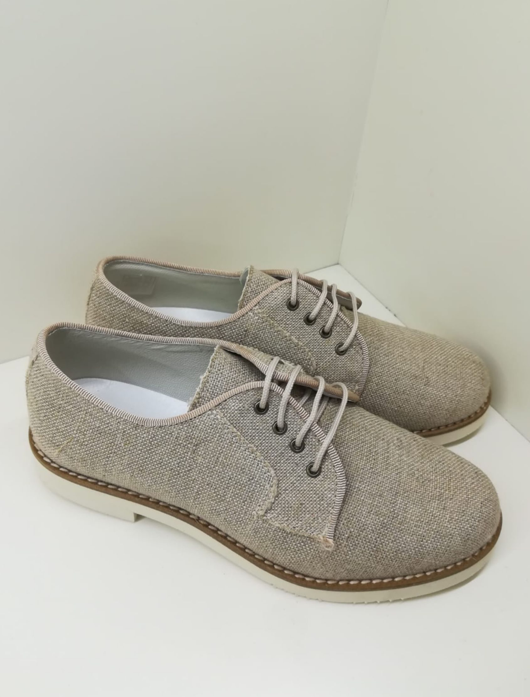 Zapato estilo blucher con cordones en lino taupe