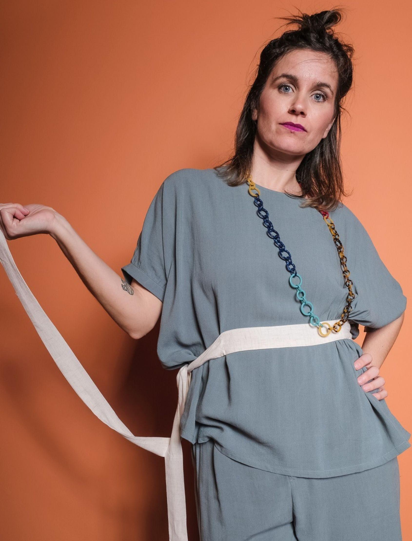 modelo con blusa de lino alpine en color azul con cinturón en beige de skatïe