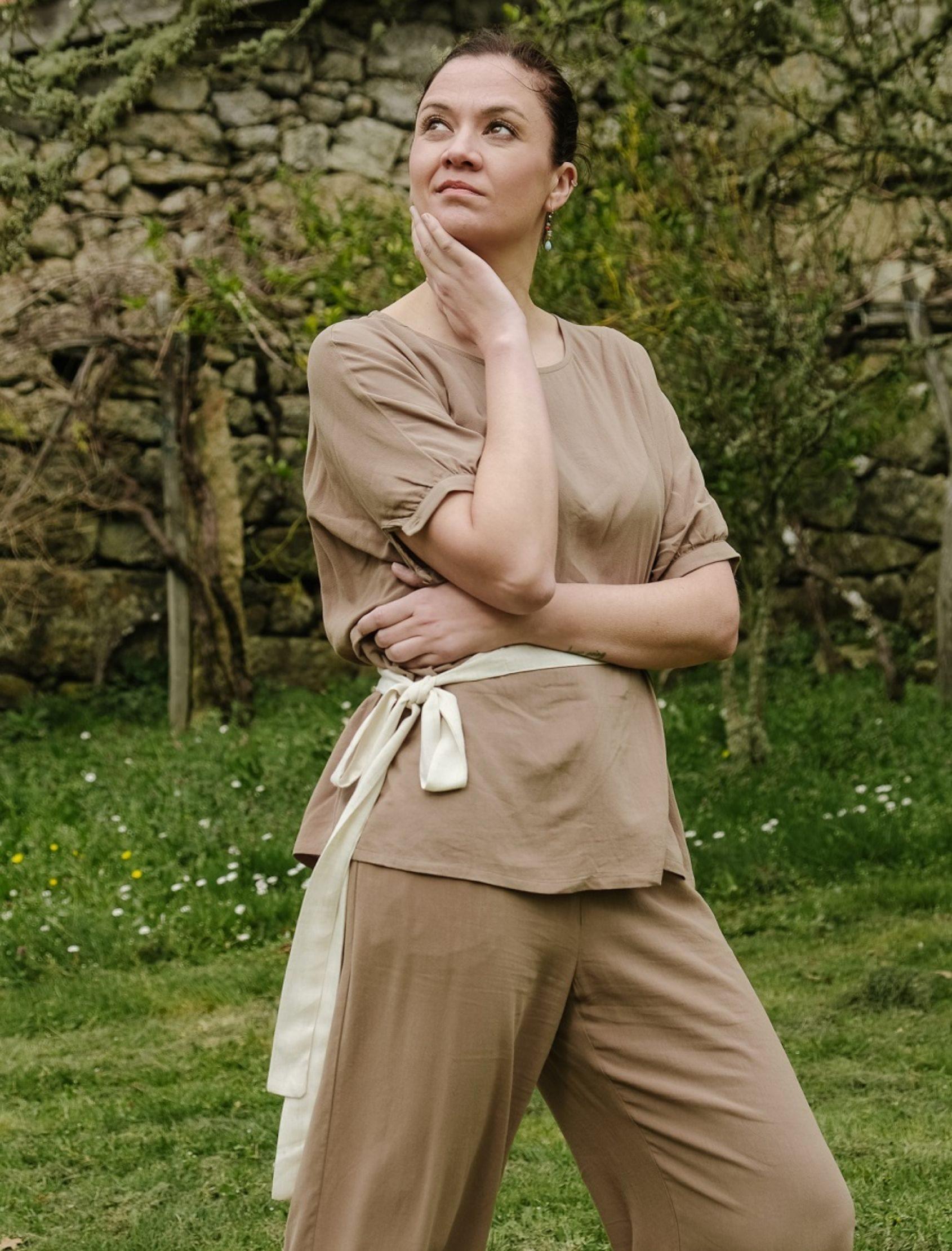 modelo con blusa de lino safary en tono camel con cinturón en beige