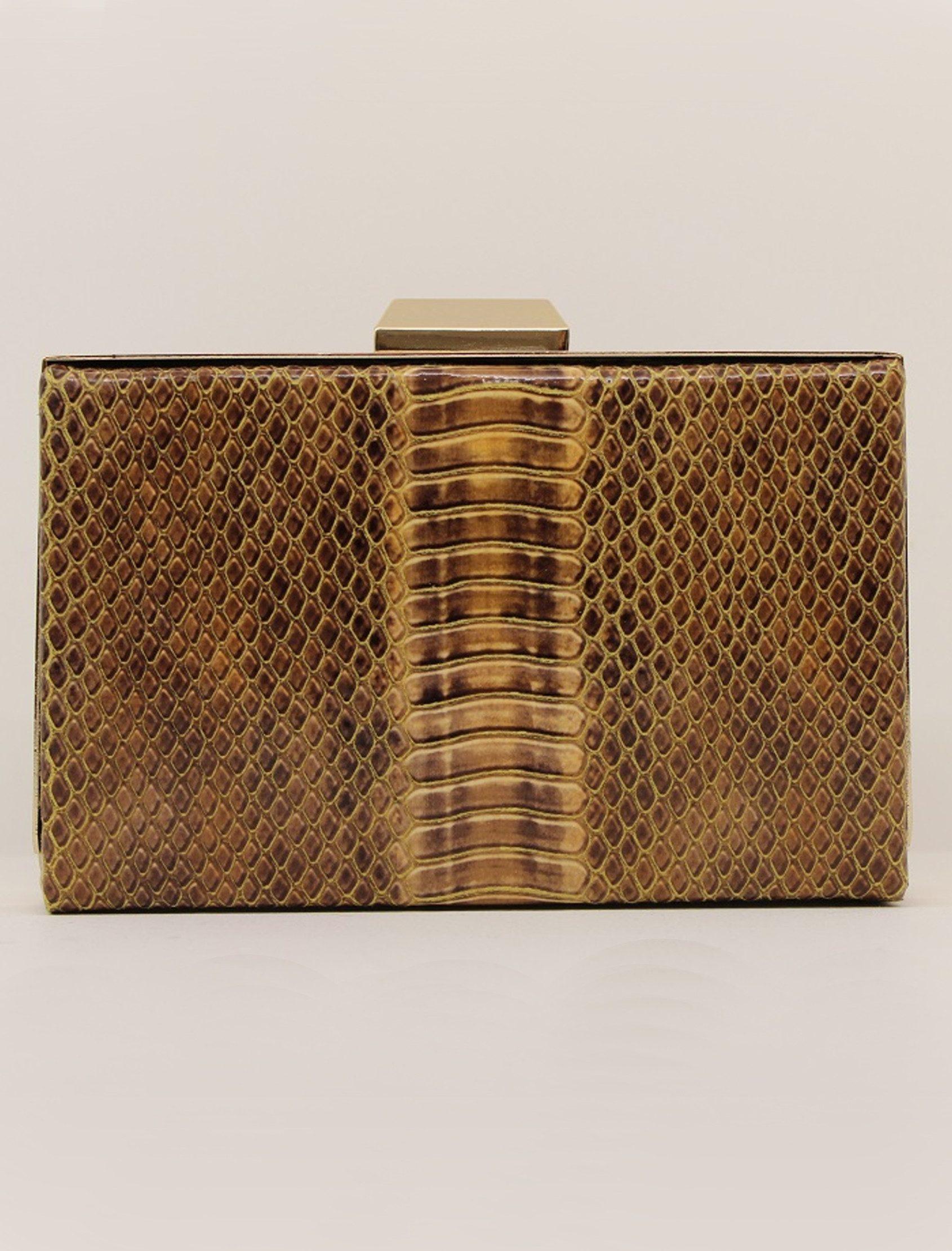 Clutch cuadrado de marco metálico. De efecto grabado con relieve y print de serpiente. Colorido entre marrones y ocres.