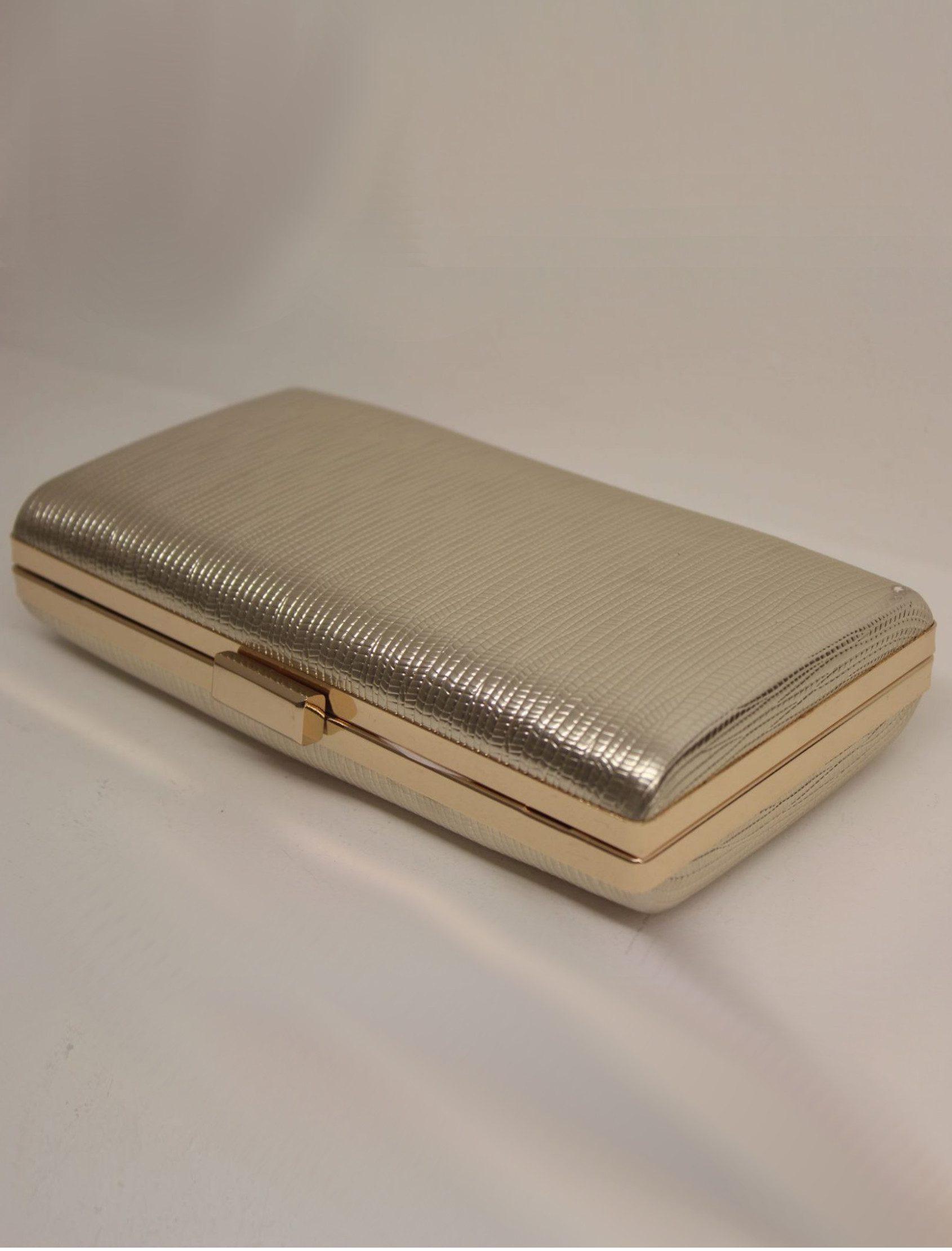 Clutch de mano en color oro claro mate. El material tiene un grabado tipo réptil. Es de tamaño medio y lleva una cadena del mismo tono oro.