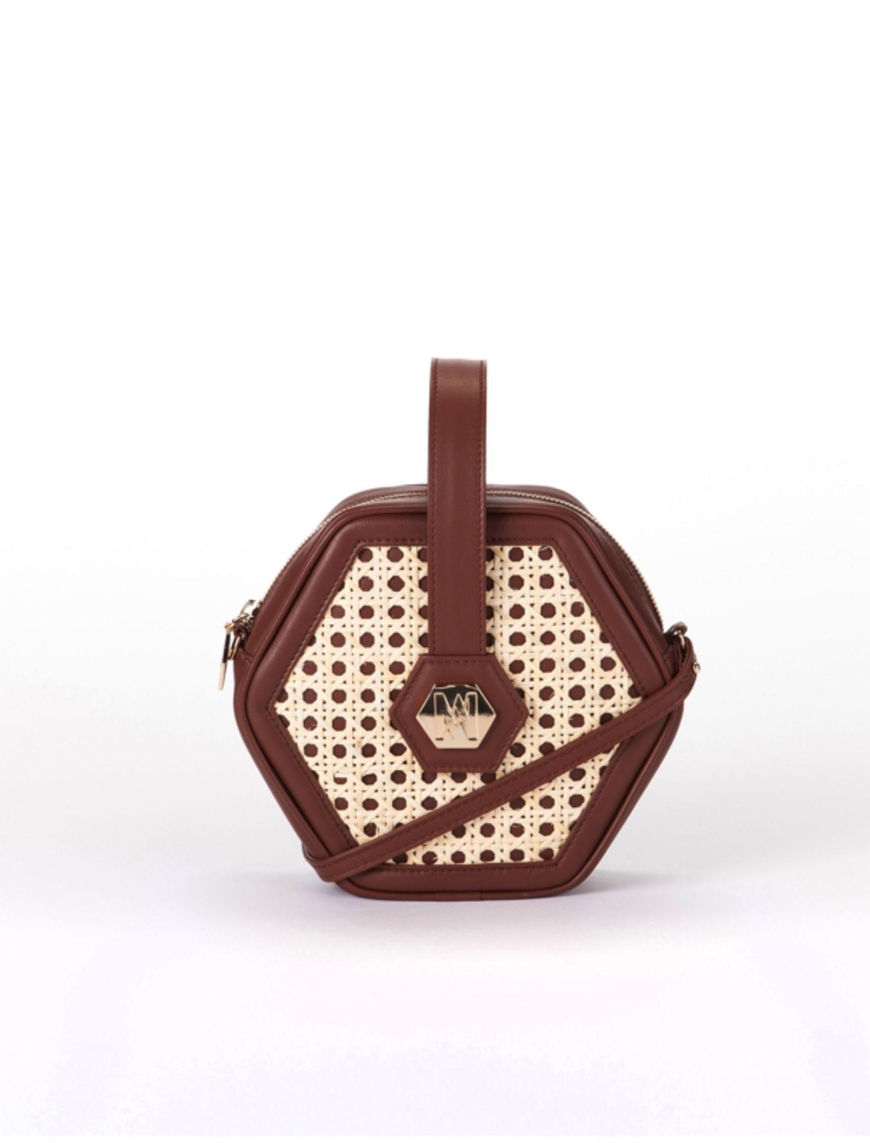 bolso classy con forma hexagonal de piel y mimbre con pieza central bañada en oro