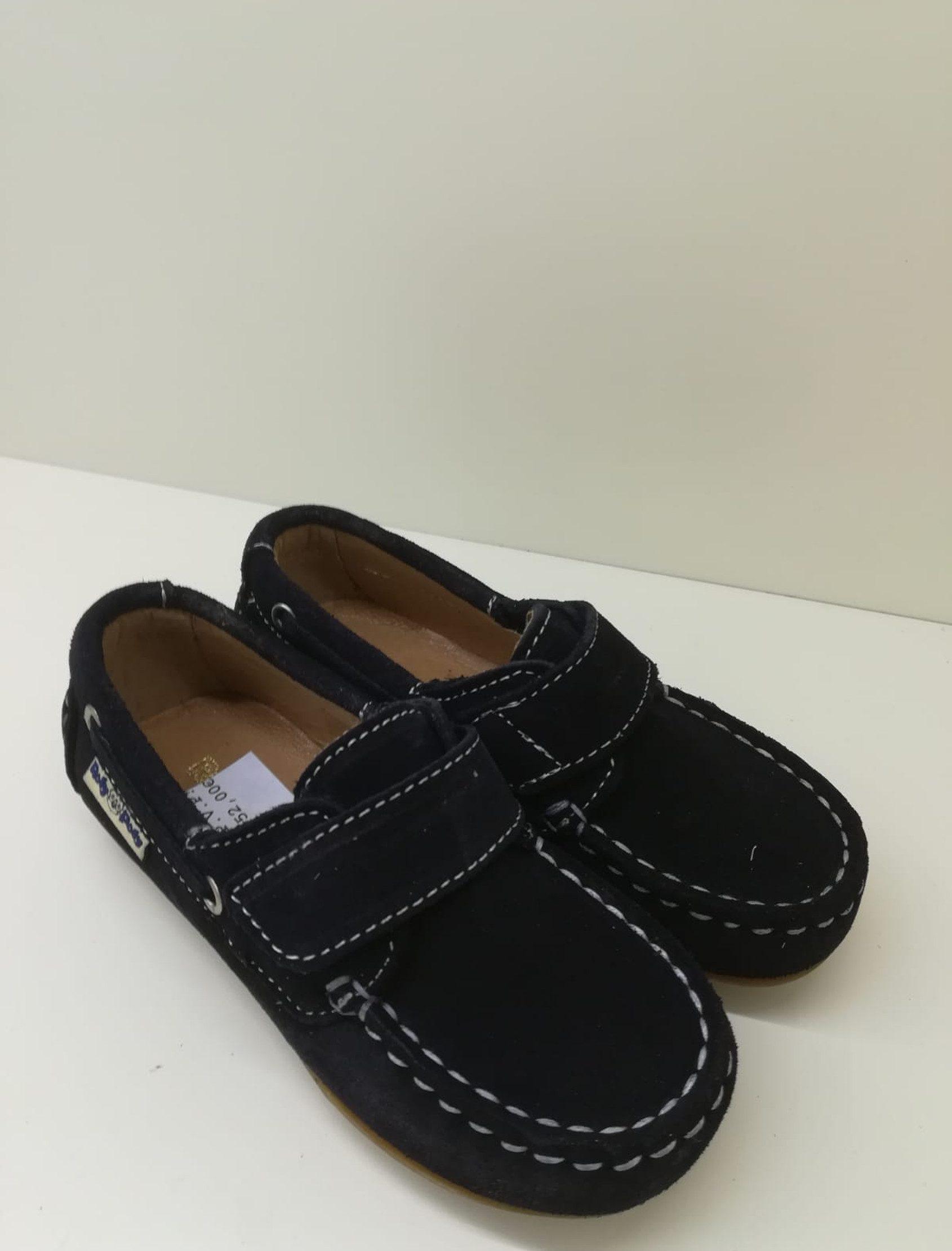 Zapato nautico en serraje azul marino con velcro. Un básico para todos los niños.