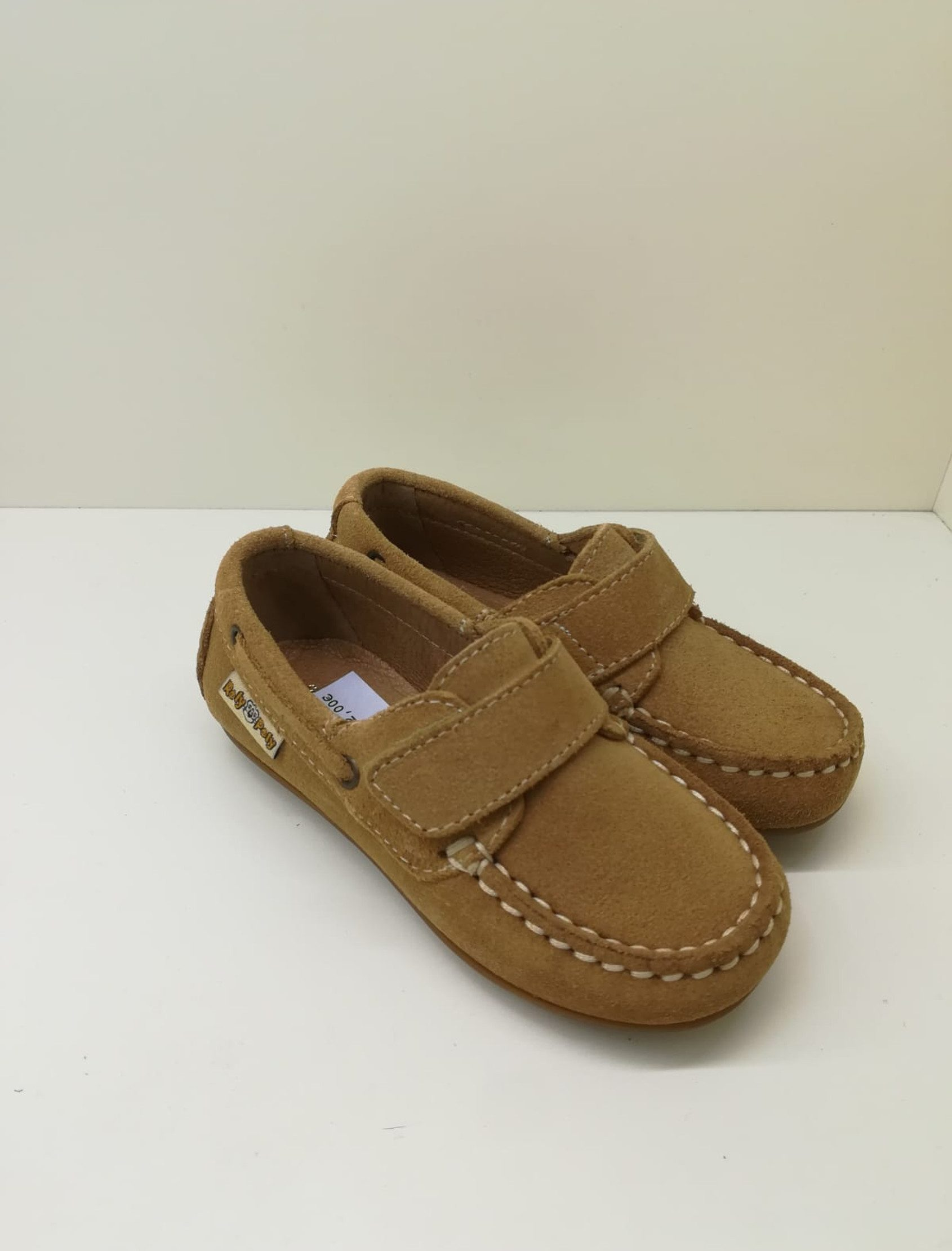 Zapato nautico en serraje camel con velcro. Un básico perfecto para cualquier niño.
