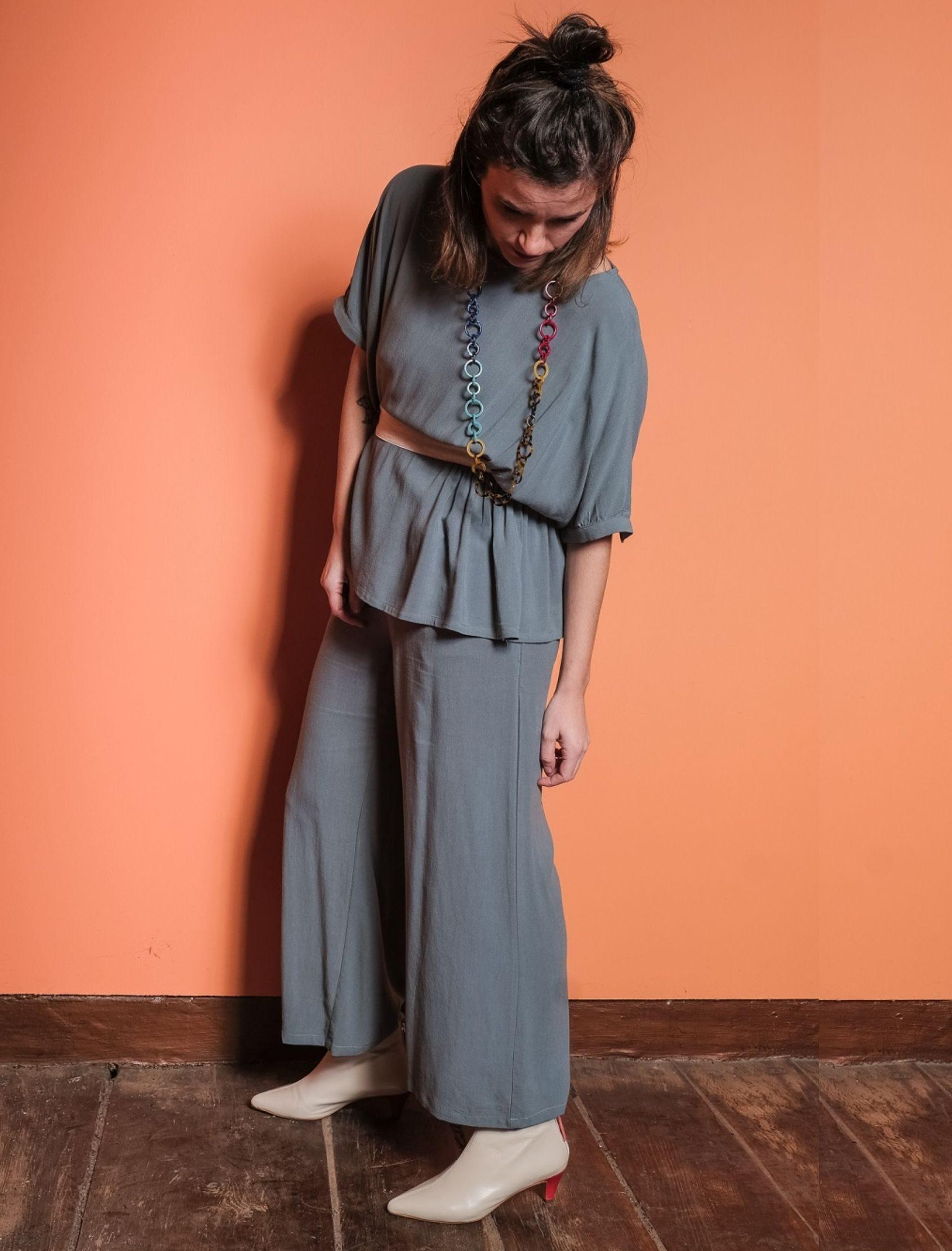 modelo con pantalón fluido lino en tono azul largo tobillero de skatïe