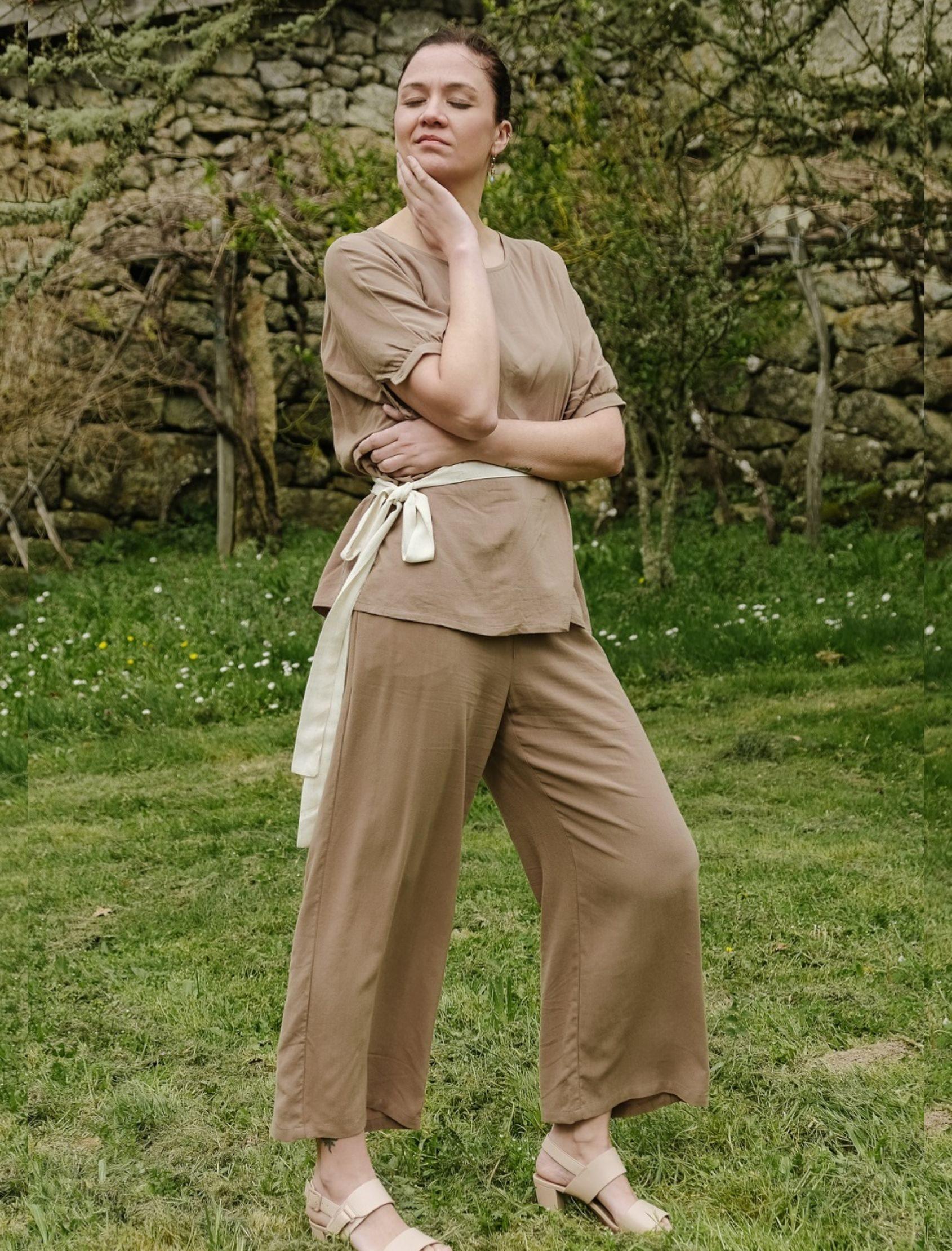 modelo con pantalón fluido lino en tono camel largo tobillero de skatïe