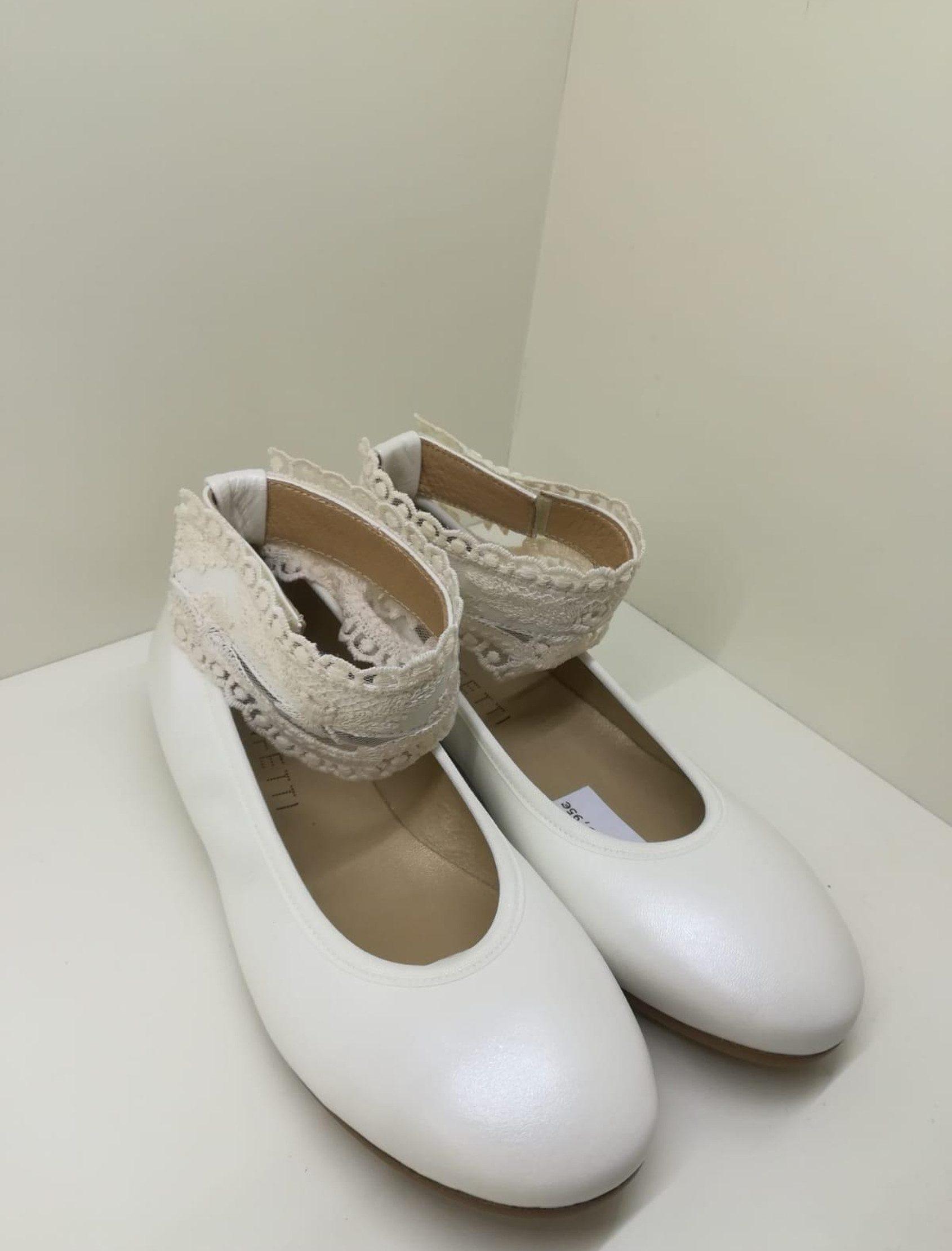 Bailarina de piel en blanco roto con pulsera en encaje beig ajustable al tobillo.