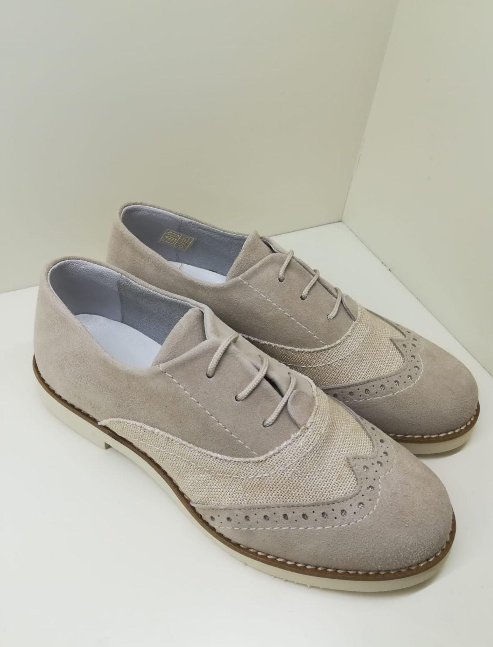 zapato tipo blucher de piel con cordones en tonos arena