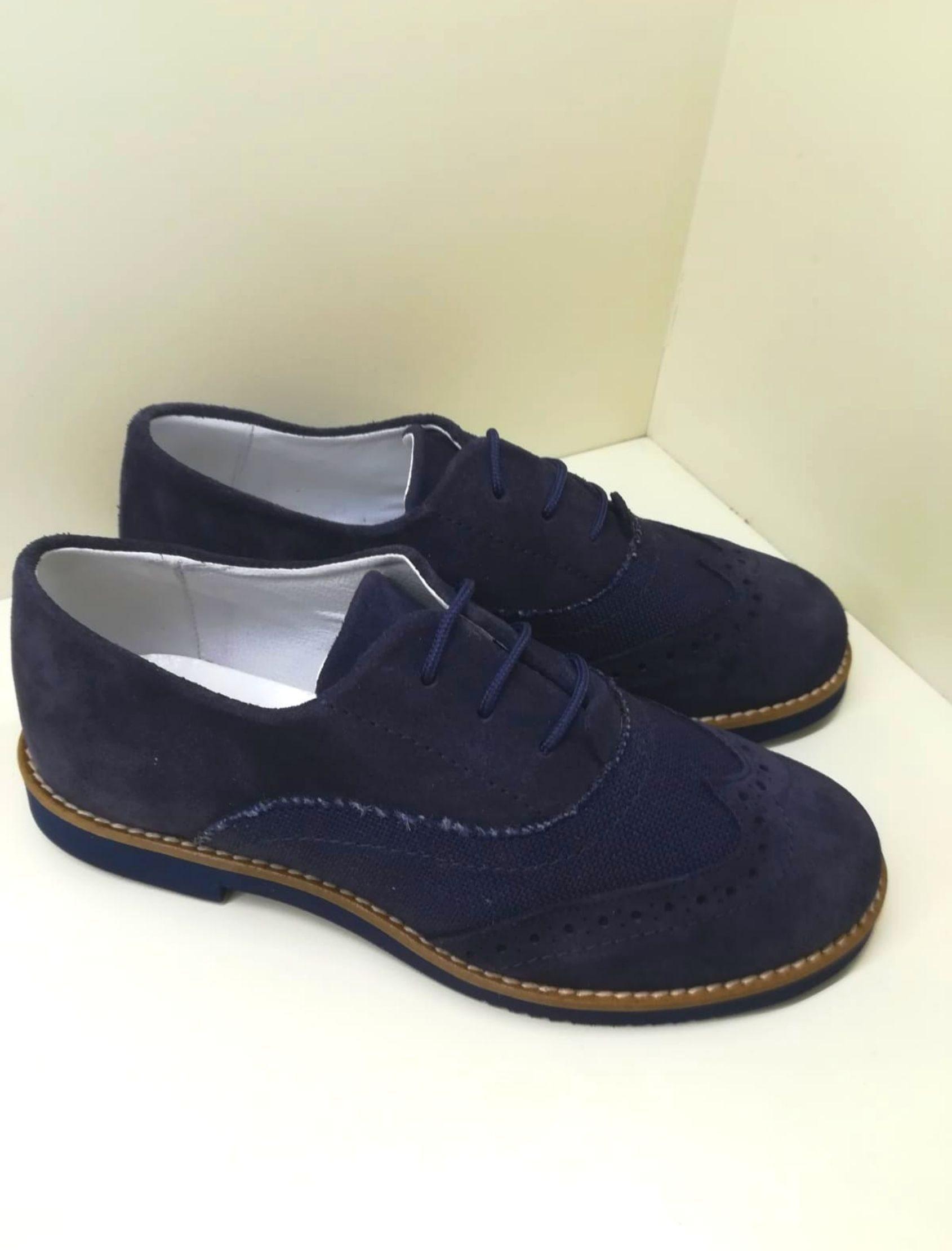 zapato estilo blucher con cordones en piel ante y color azul marino atlántico