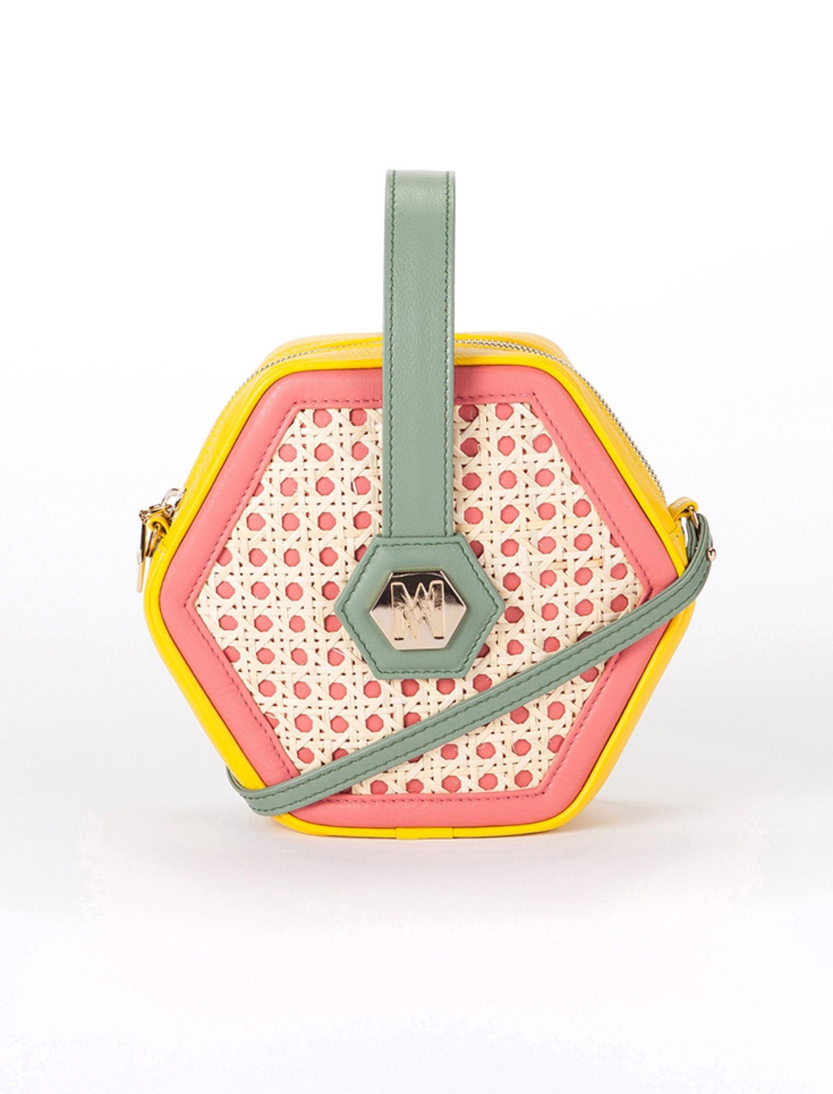 bolso con forma hexagonal de piel con mimbre y detalle de chapa delantera. incluye bandolera, de magalie marbellla