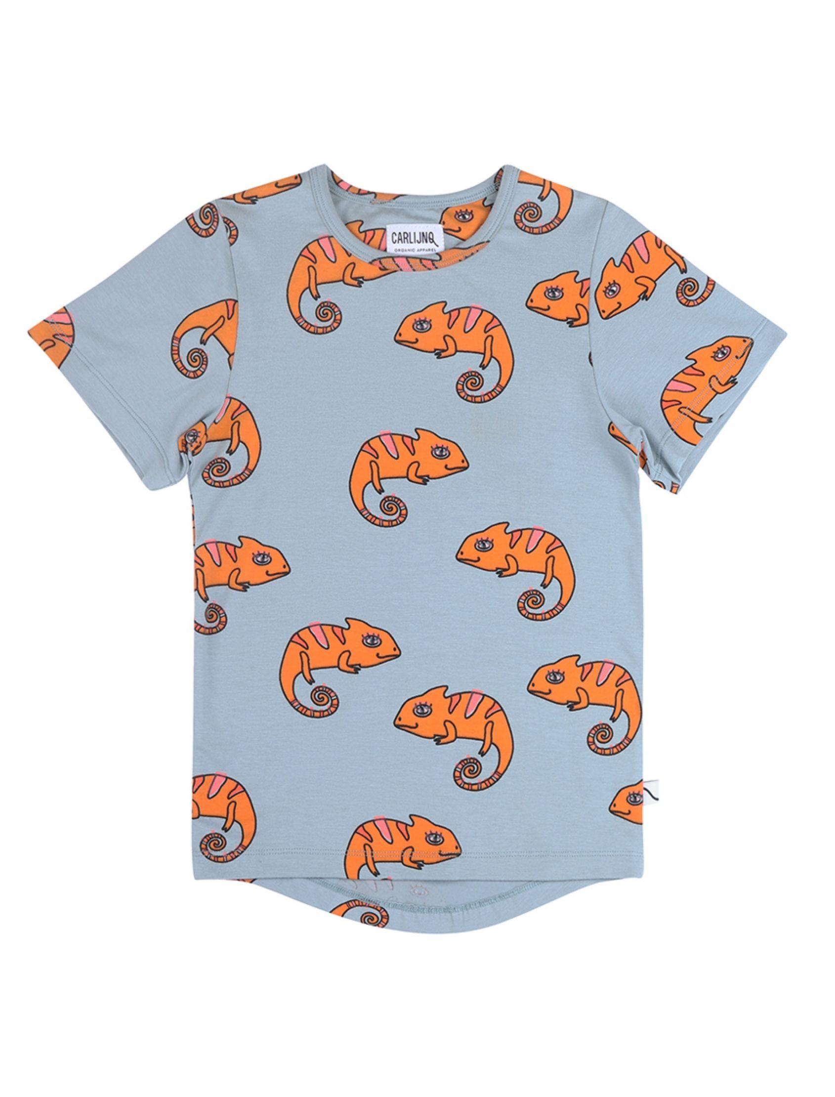 camiseta azul de manga corta con estampado de camaleones en naranja